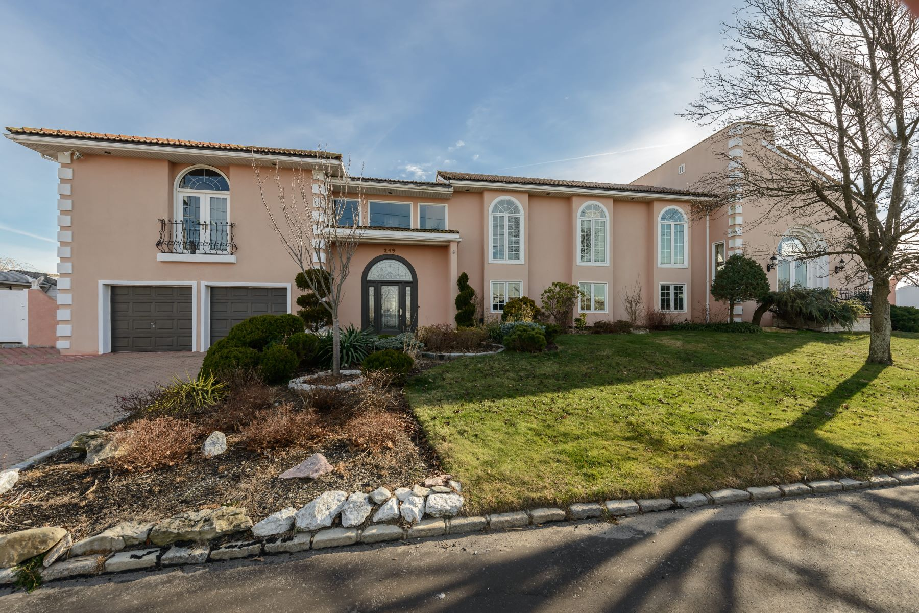 Single Family Home for Sale at 249 Eaton Ln , West Islip, NY 11795 West Islip, New York, 11795 United States
