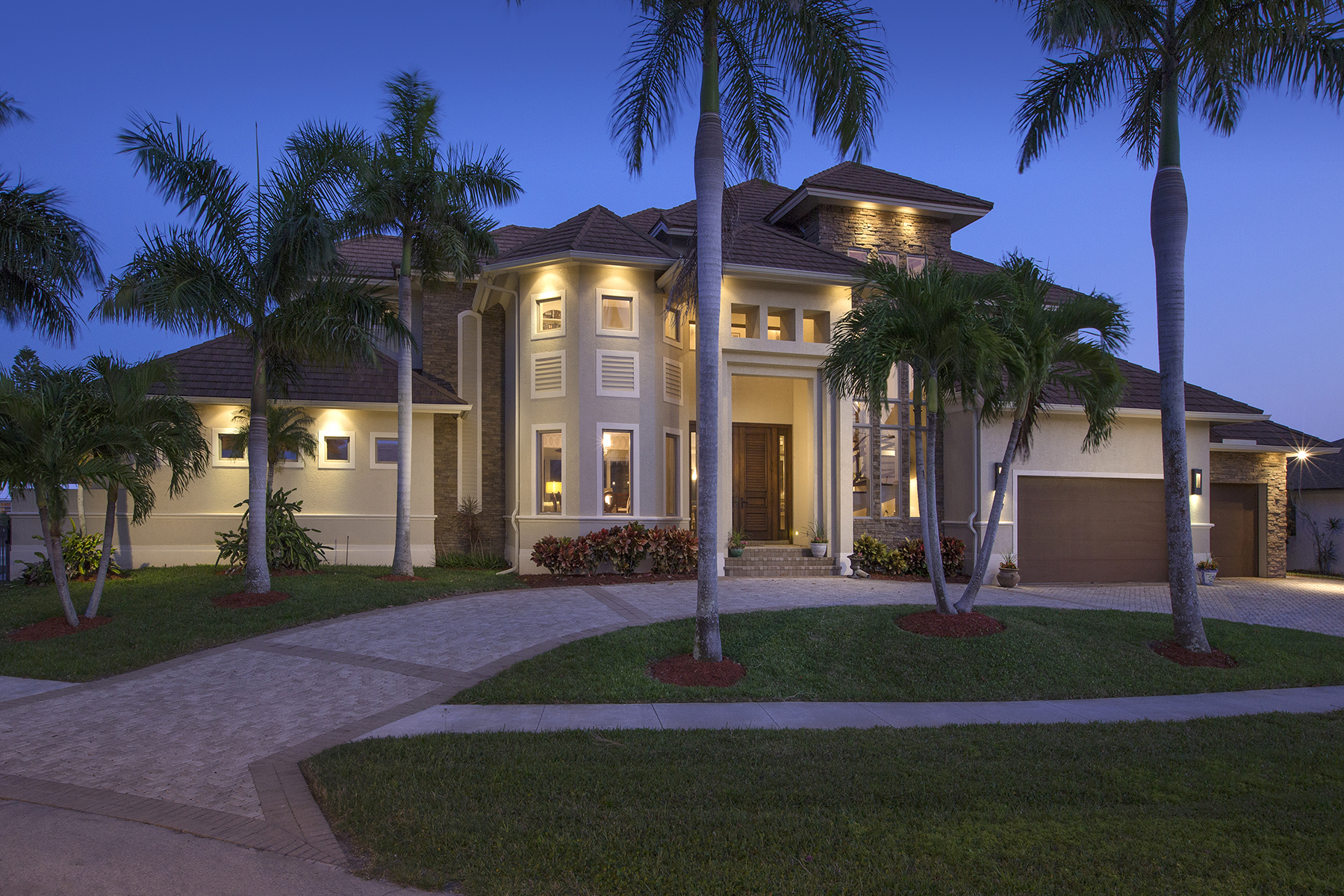 Частный односемейный дом для того Продажа на 967 Iris Ct , Marco Island, FL 34145 967 Iris Ct Marco Island, Флорида, 34145 Соединенные Штаты