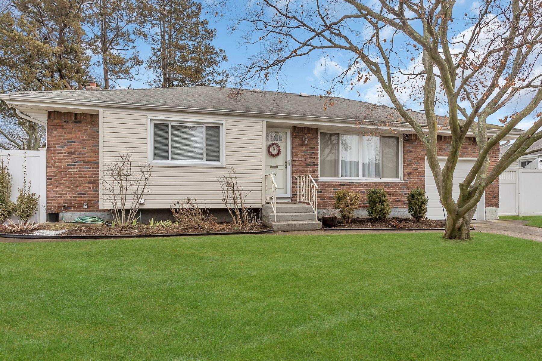 Частный односемейный дом для того Продажа на 16 Park Ct , Plainview, NY 11803 16 Park Ct, Plainview, Нью-Йорк, 11803 Соединенные Штаты