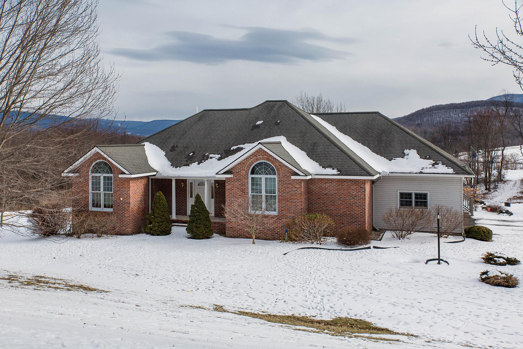 Casa Unifamiliar por un Venta en Elegant Custom Home 240 Beechwood Rd Hoosick Falls, Nueva York 12090 Estados Unidos