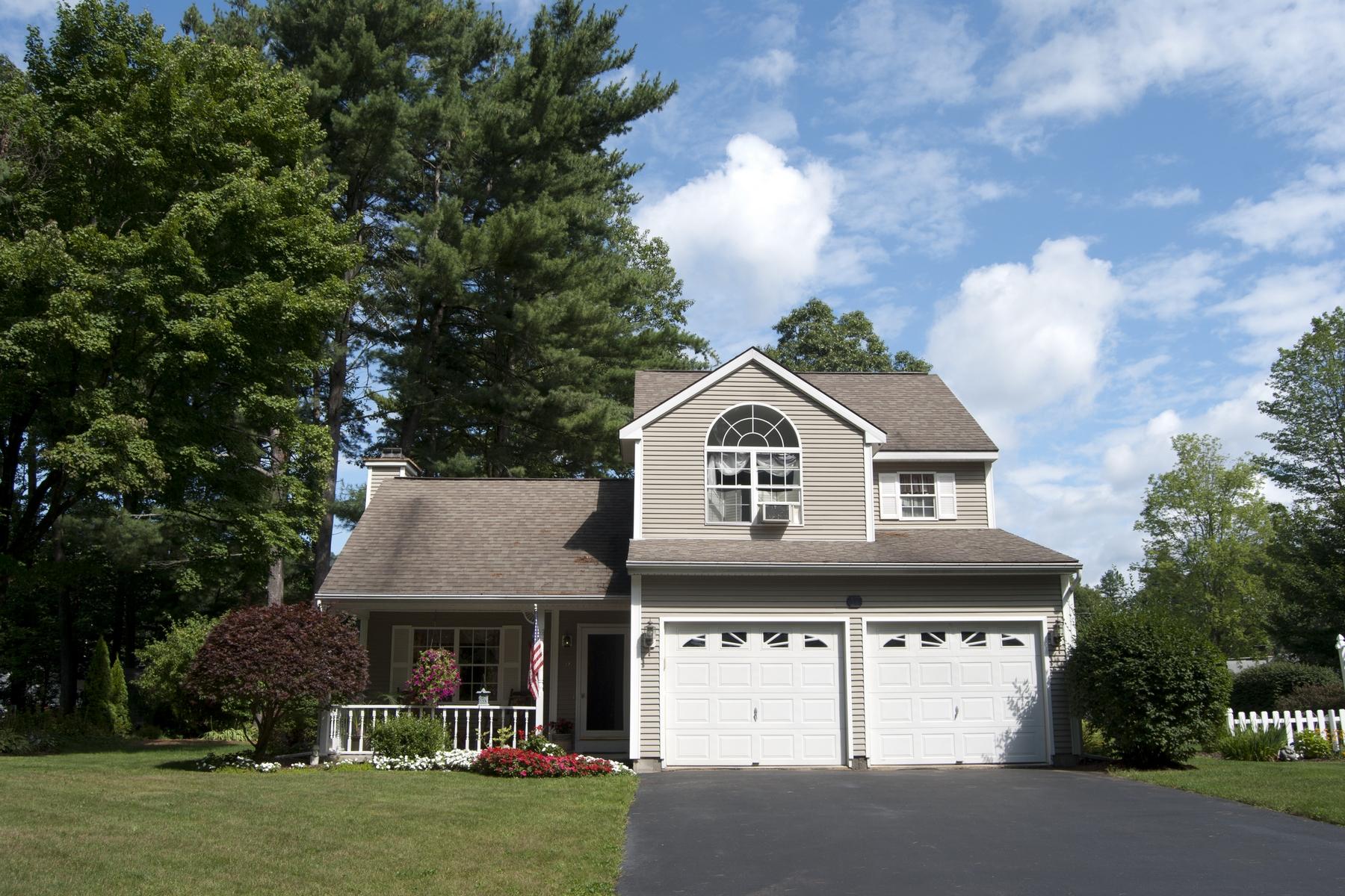 独户住宅 为 销售 在 Queensbury Colonial 17 John Street 昆斯伯里, 纽约州, 12804 美国
