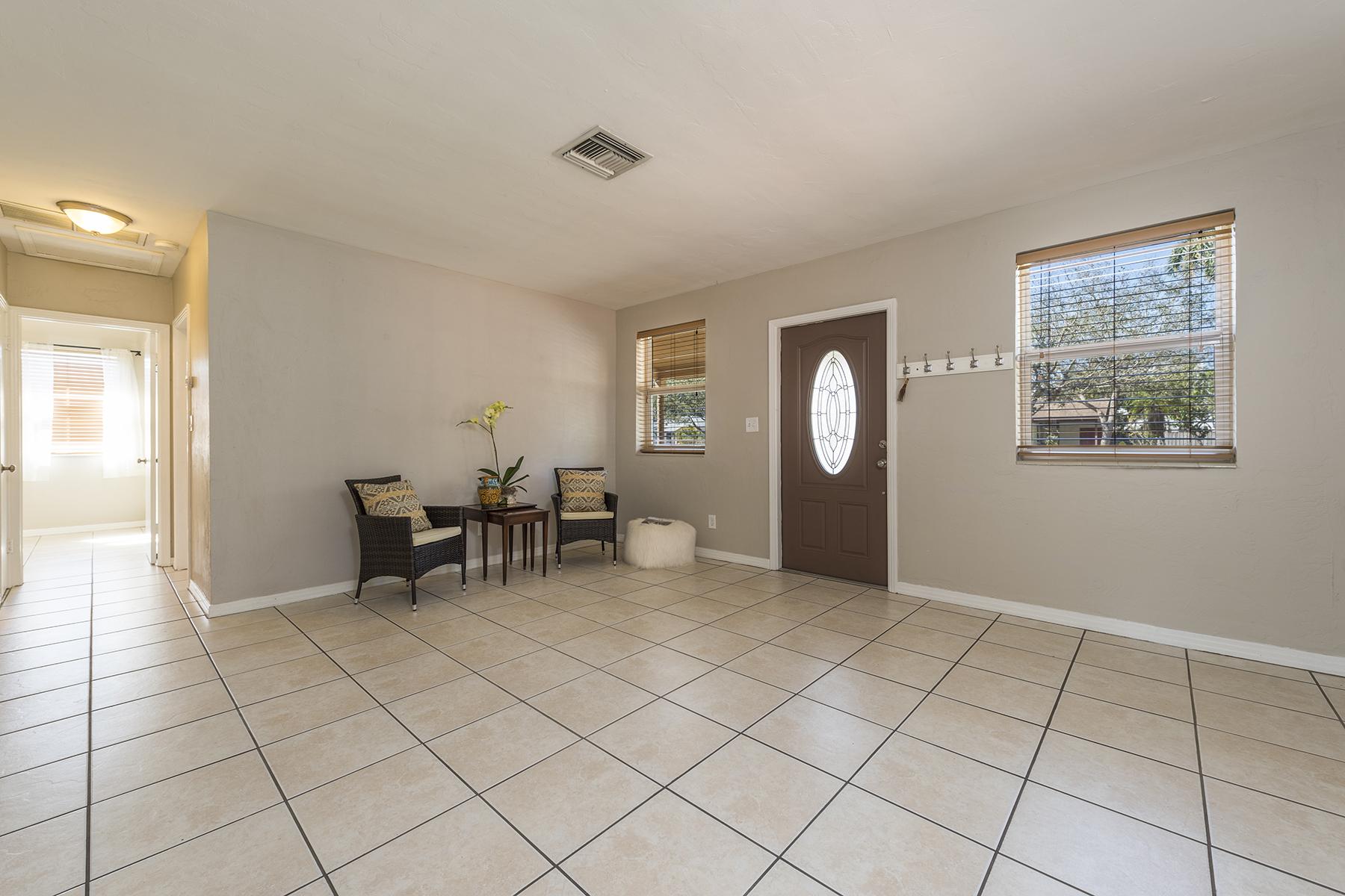 Maison unifamiliale pour l Vente à LAKE PARK 970 10th St N Naples, Florida, 34102 États-Unis