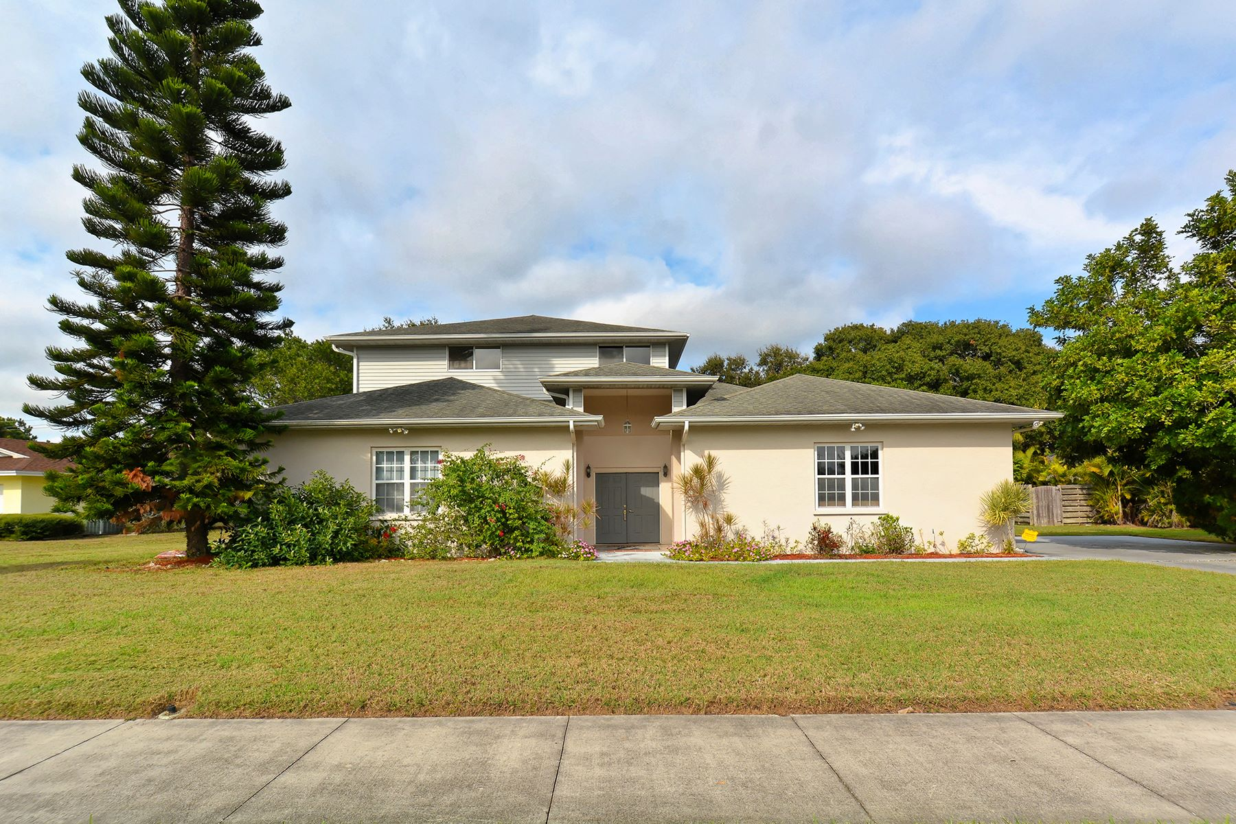 Casa para uma família para Venda às WHITFIELD ESTATES 437 Whitfield Ave Sarasota, Florida, 34243 Estados Unidos