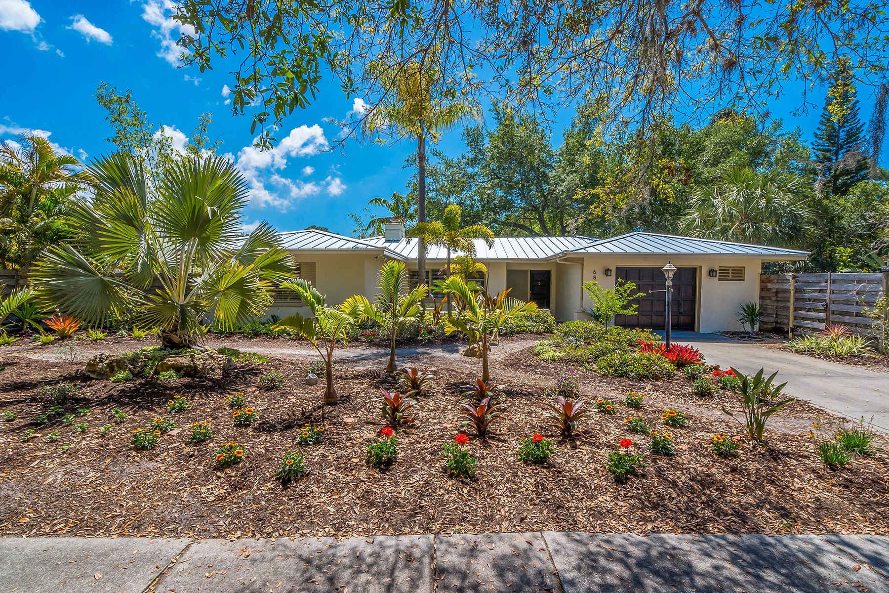 Casa para uma família para Venda às INDIAN BEACH ESTATES 686 Beverly Dr Sarasota, Florida, 34234 Estados Unidos