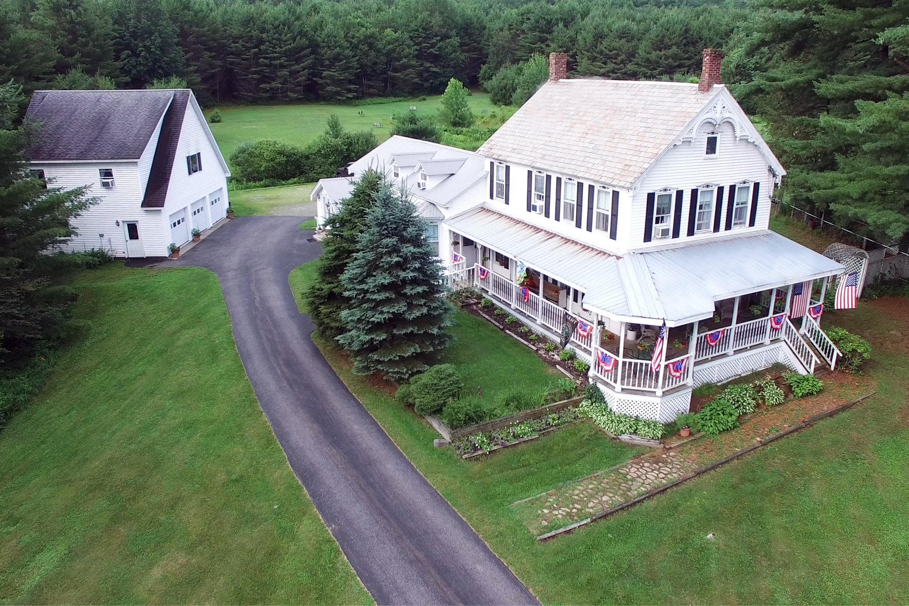 Maison unifamiliale pour l Vente à Butterfly Inn 69 Route 28 Warrensburg, New York 12885 États-Unis