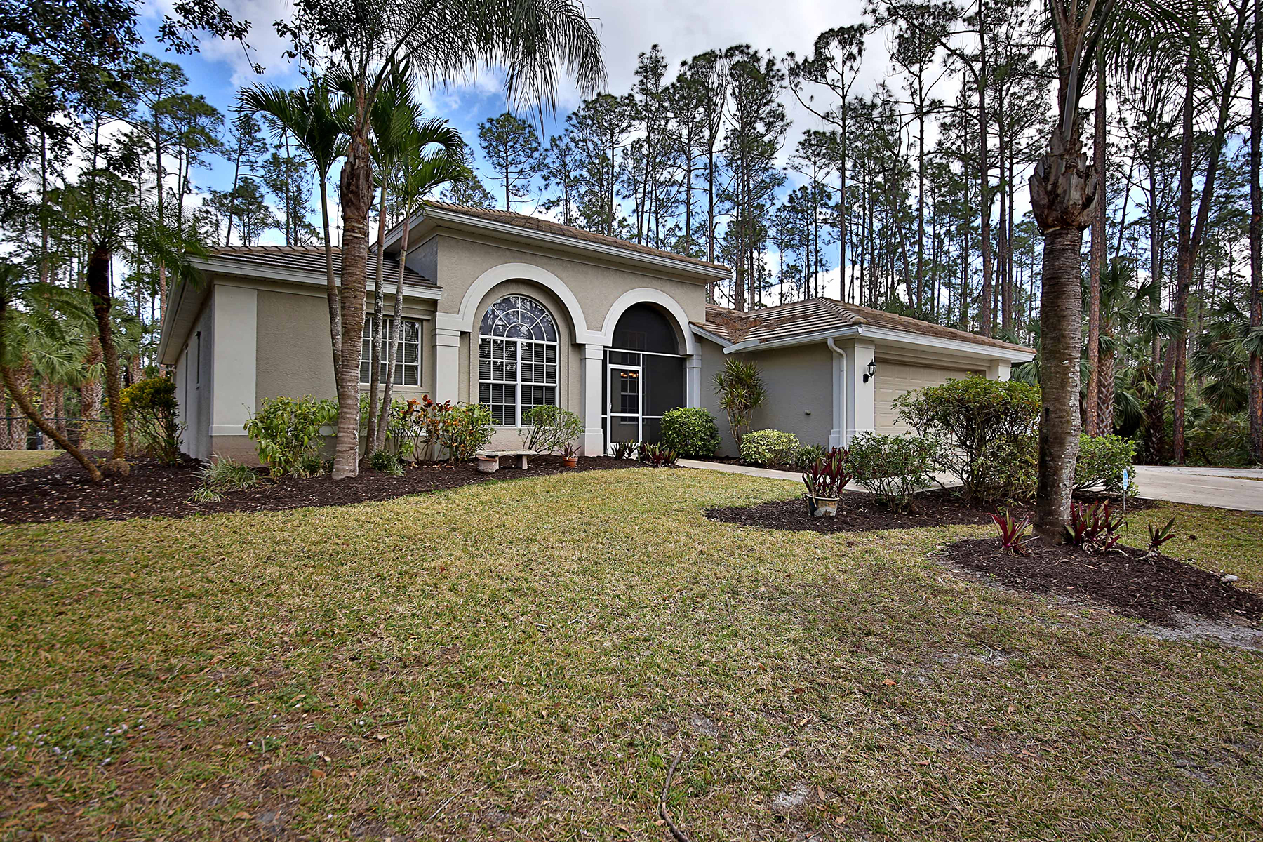 Частный односемейный дом для того Продажа на GOLDEN GATE 4571 Pine Ridge Rd, Naples, Флорида, 34119 Соединенные Штаты