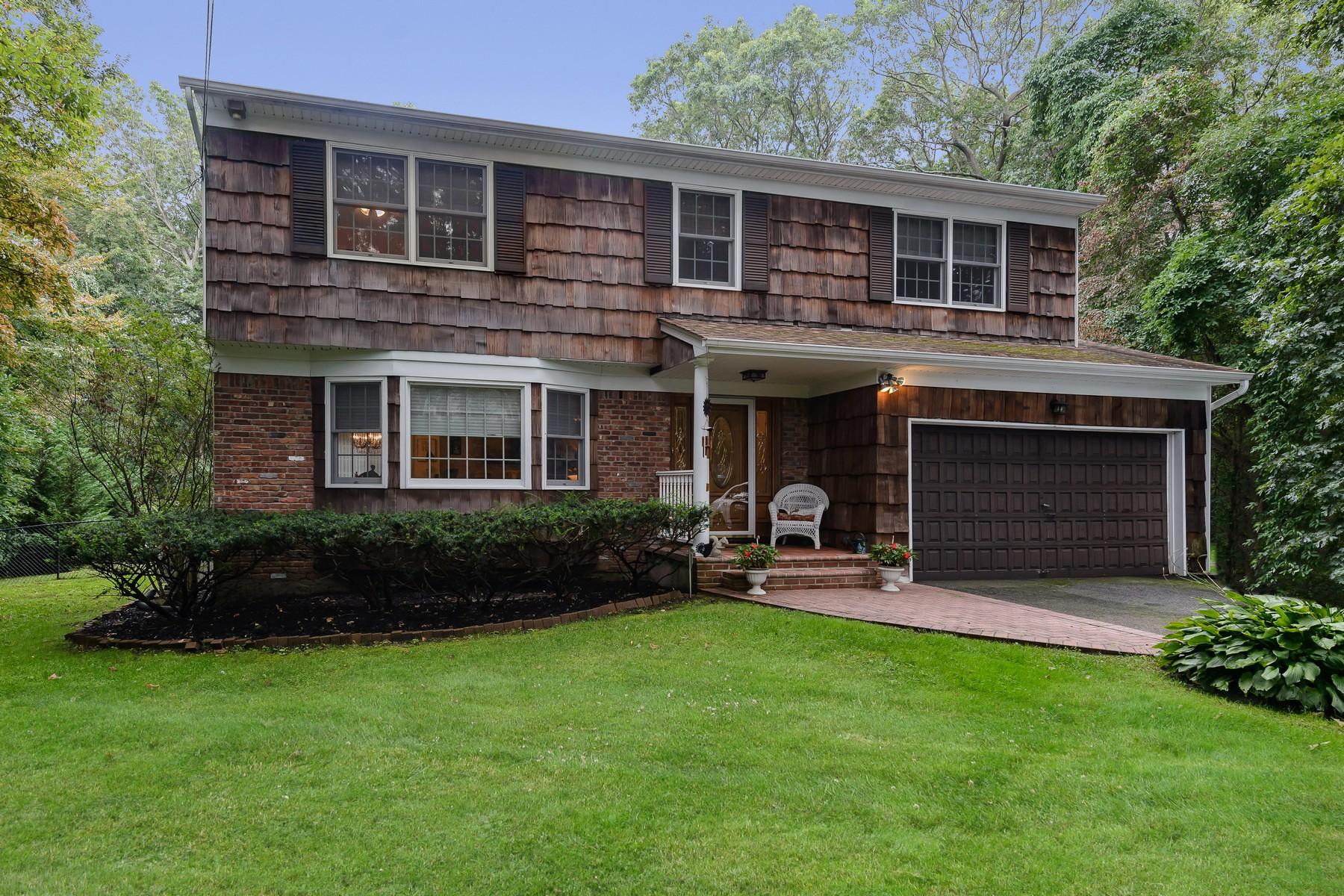 Частный односемейный дом для того Продажа на 54 Warner Rd , Huntington, NY 11743 54 Warner Rd, Huntington, Нью-Йорк, 11743 Соединенные Штаты