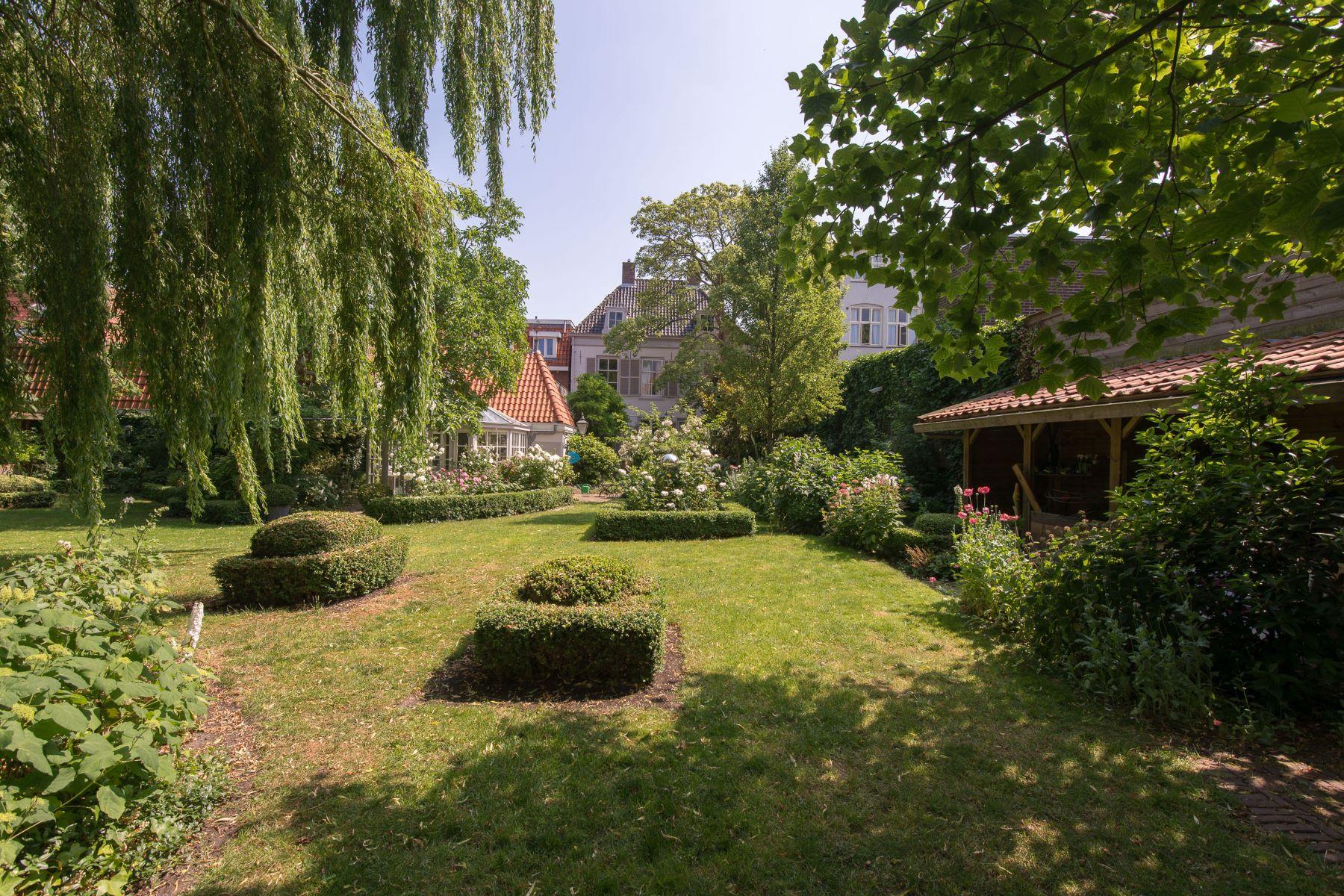 Casa Unifamiliar por un Venta en Monumental Golden-Age Townhouse Gouw 7 Hoorn, North Holland, 1621 HA Países Bajos