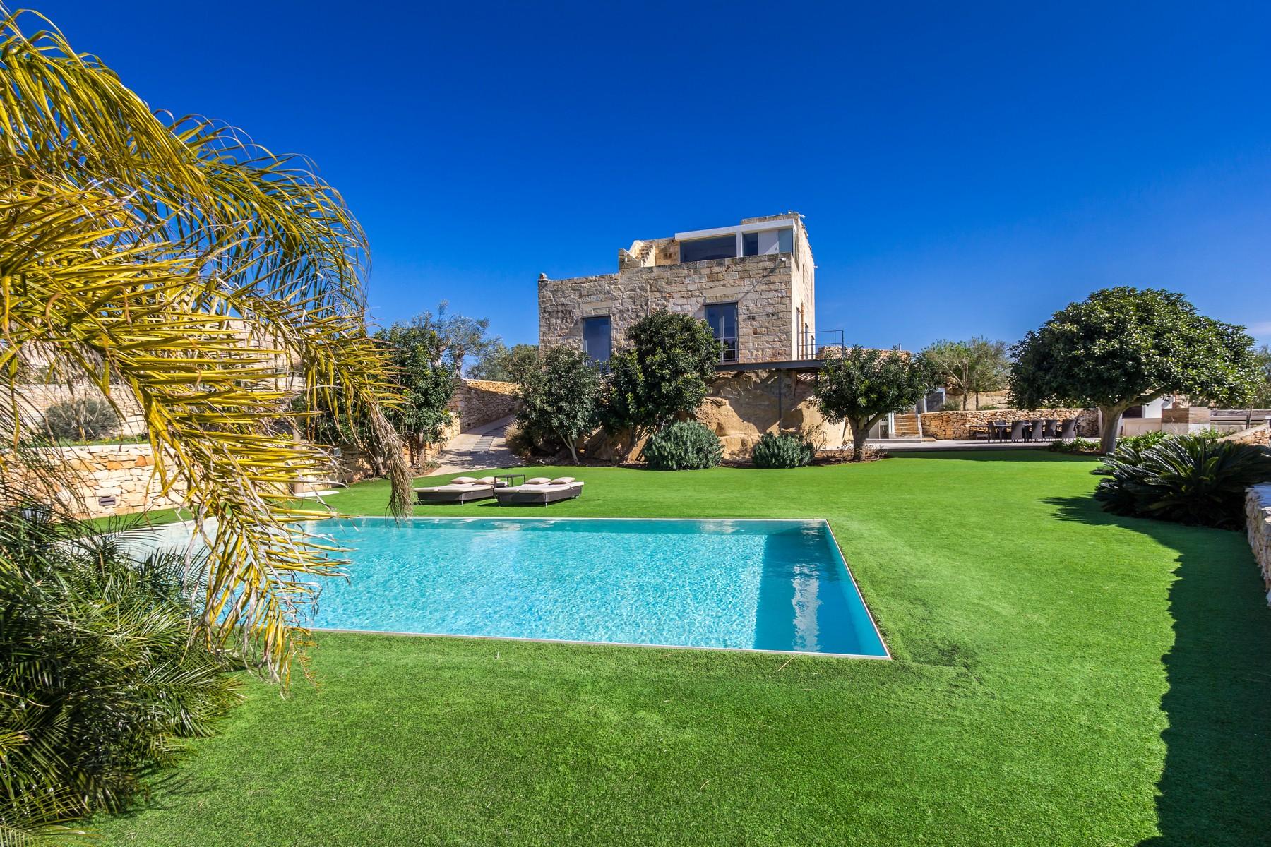 واحد منزل الأسرة للـ Sale في Detached Converted Farmhouse Gharghur, Malta