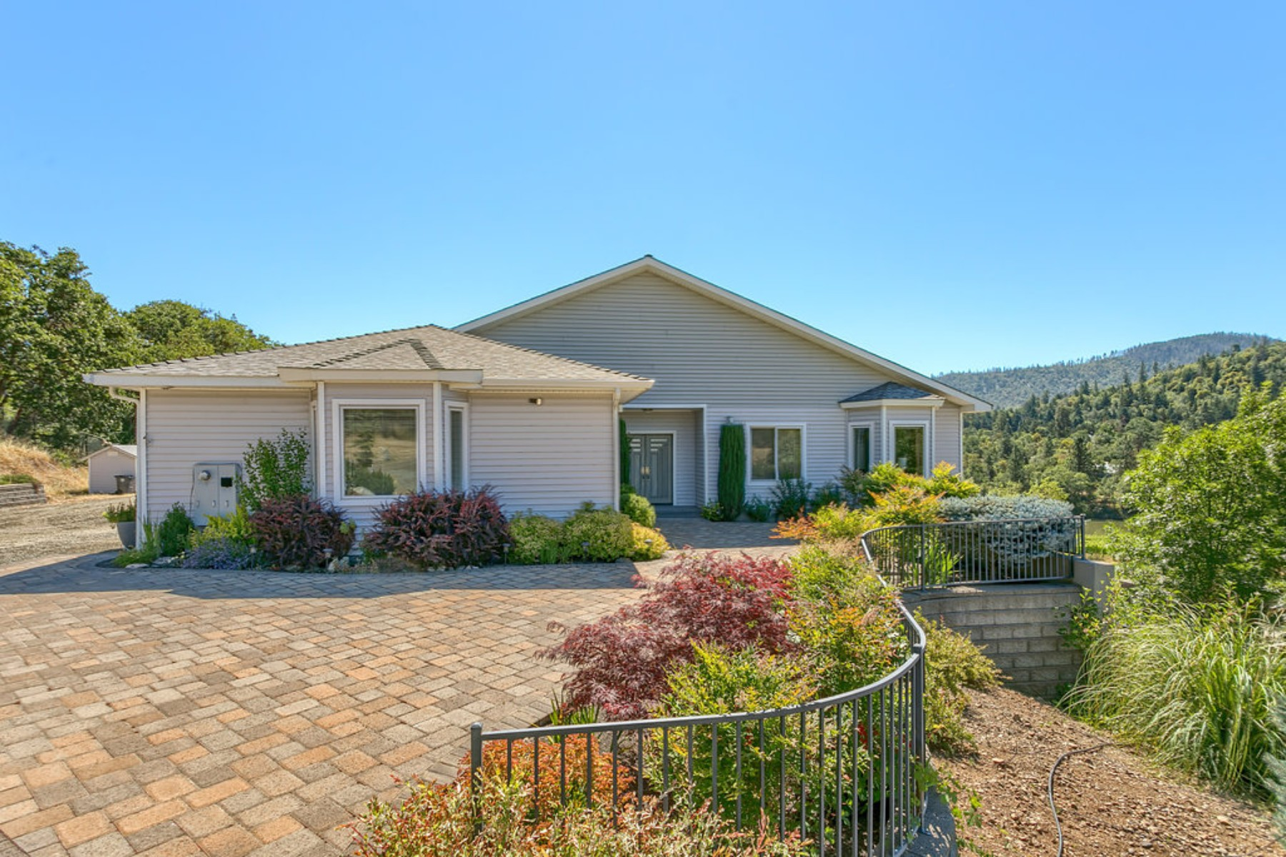 Single Family Homes for Active at 3578 Pioneer Road Medford, Oregon 97501 United States