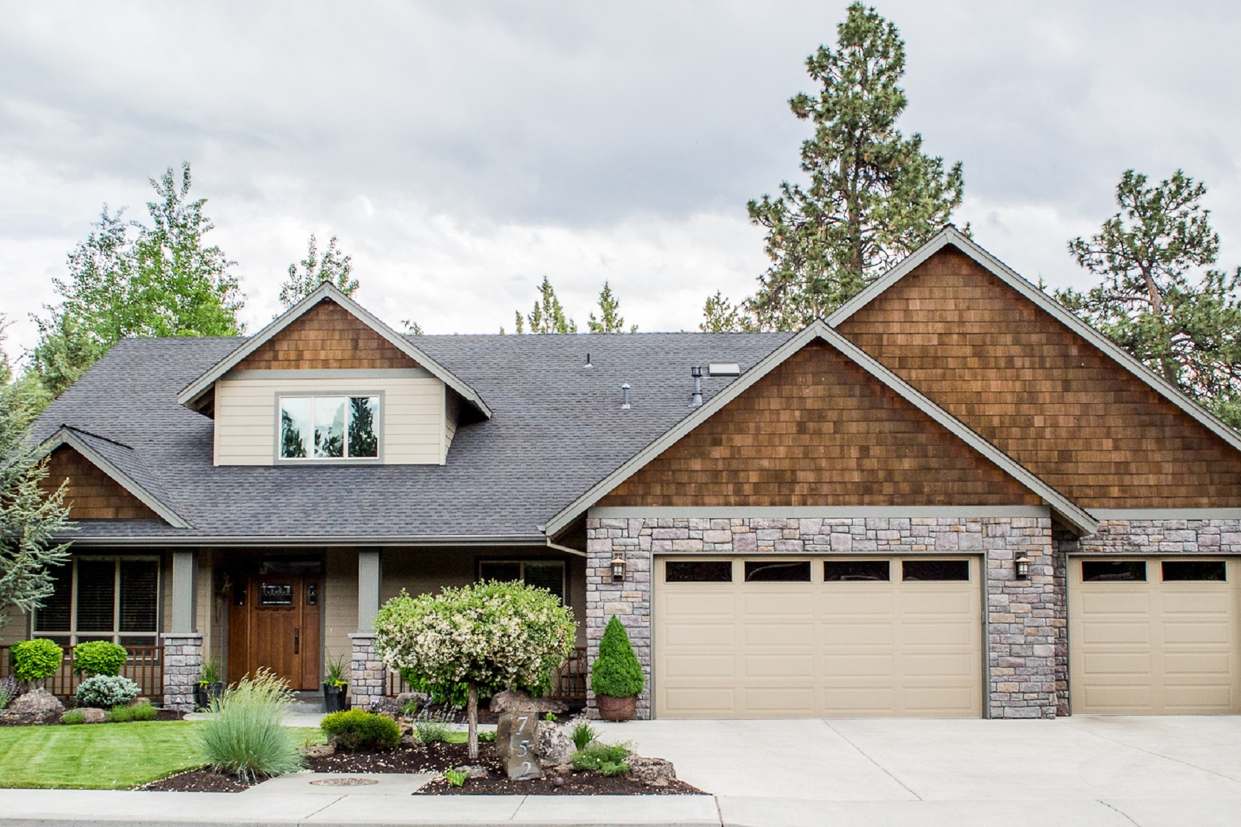 단독 가정 주택 용 매매 에 Exquisite Custom Home 752 Southeast Briarwood Court Bend, 오레곤, 97702 미국
