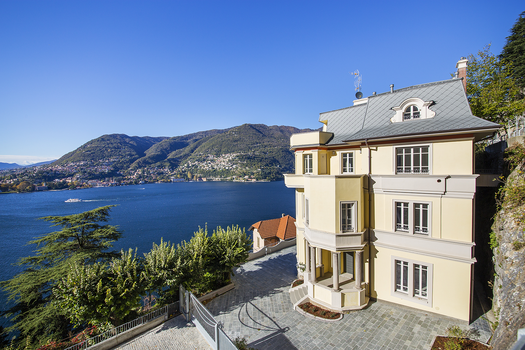 شقة للـ Sale في Stunning apartment in historical villa of the late 19th century Blevio, Como, Italy
