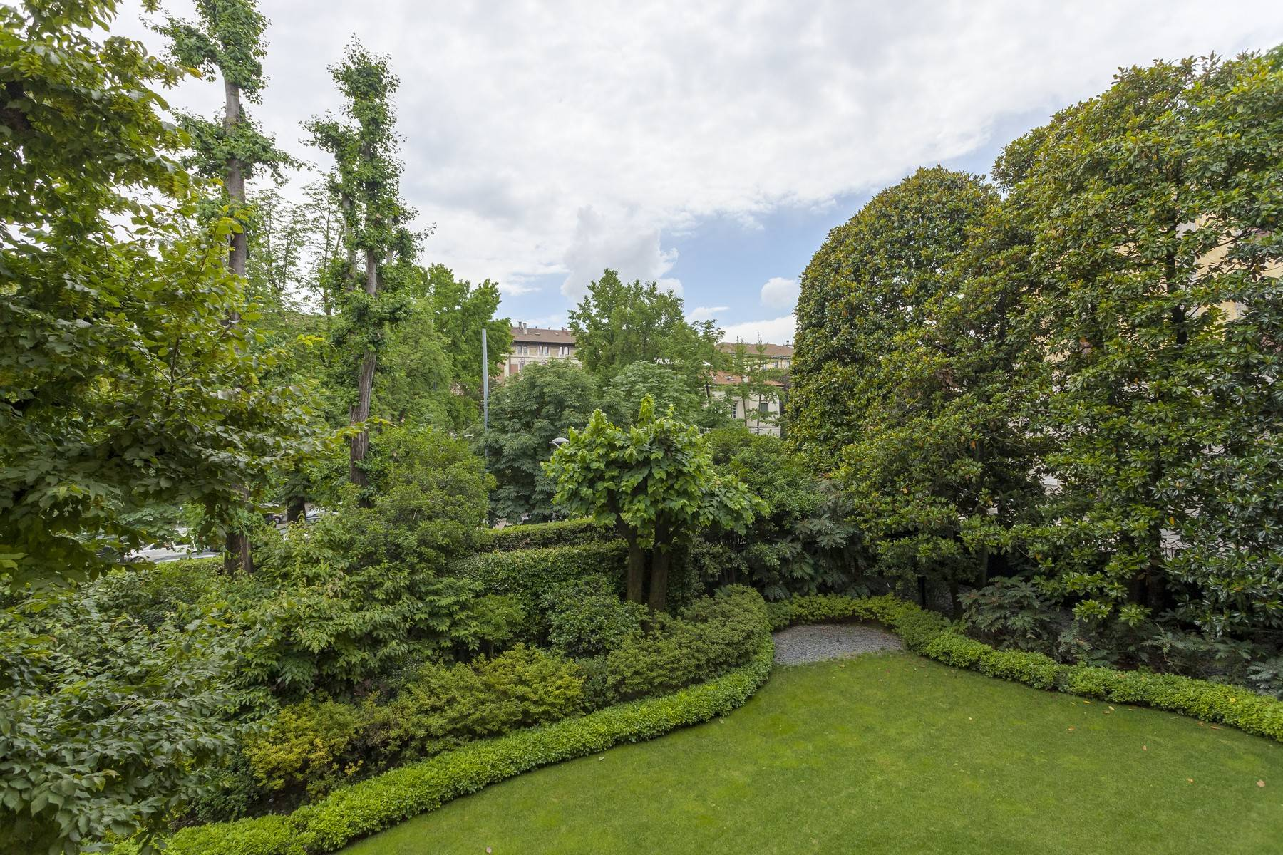 Apartments por un Alquiler en Completely renovated apartment overlooking the greenery Milano, Milán Italia
