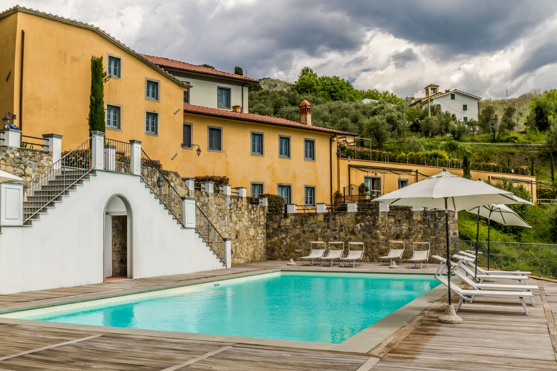 Apartments 용 매매 에 Luxury apartment in exclusive resort with historic villa on the hills of Lucca Capannori, Lucca 이탈리아