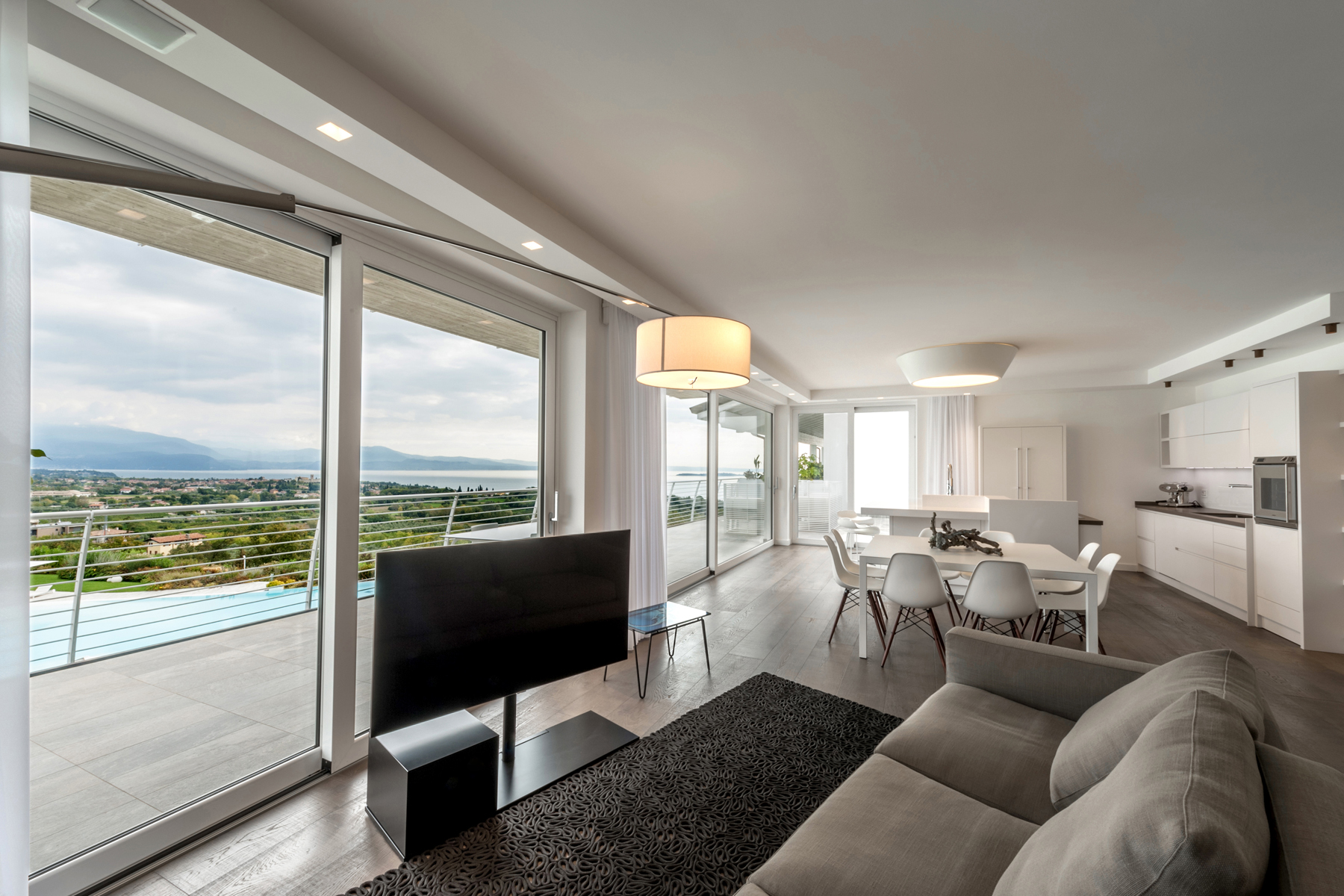 Apartments 为 销售 在 Prestigious penthouse with breathtaking view on Lake Garda Padenghe sul Garda, 布雷西亚 意大利