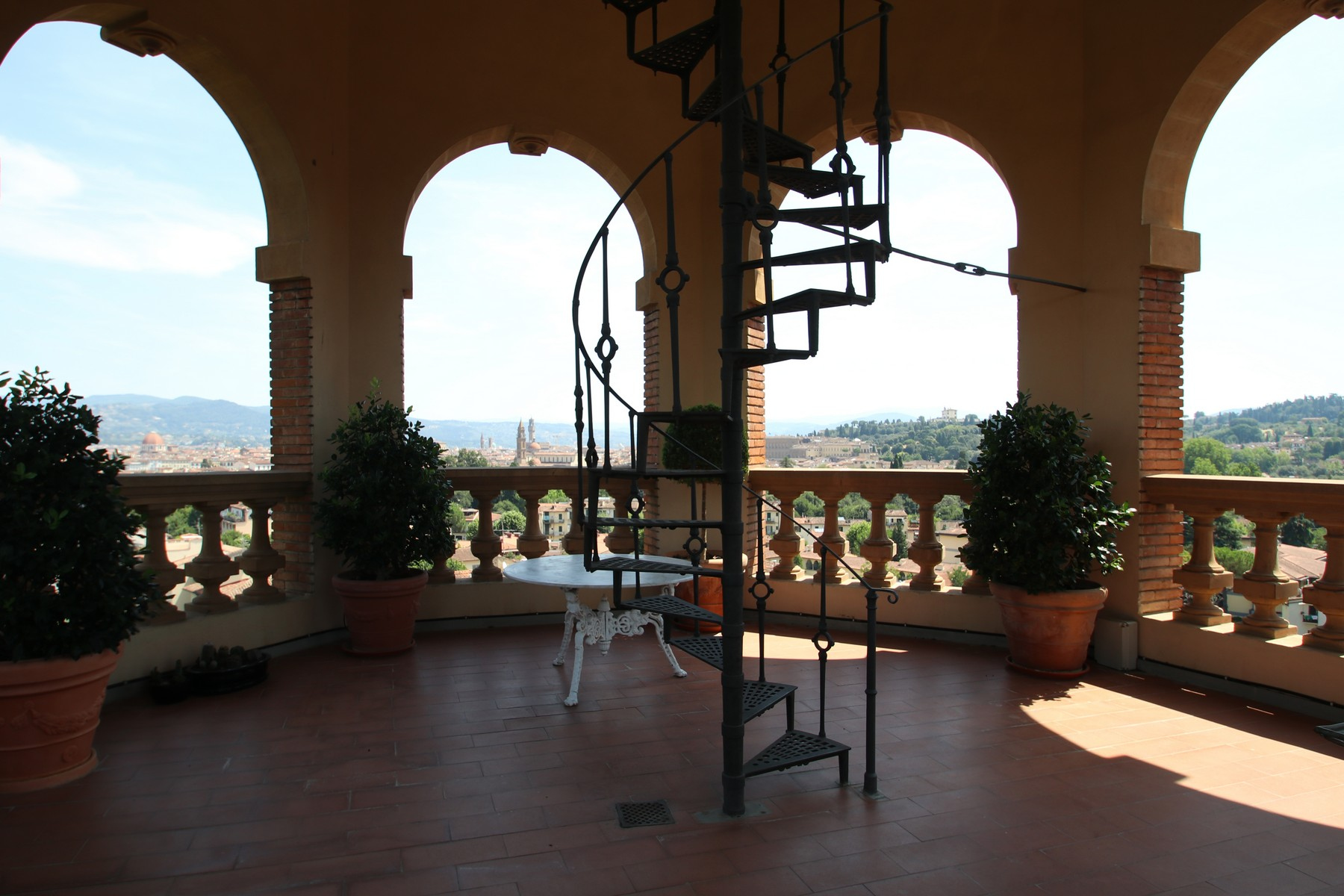 Apartments per Vendita alle ore Flamboyant Top-floor Apartment with Tower in Bellosguardo, Florence Firenze, Firenze Italia
