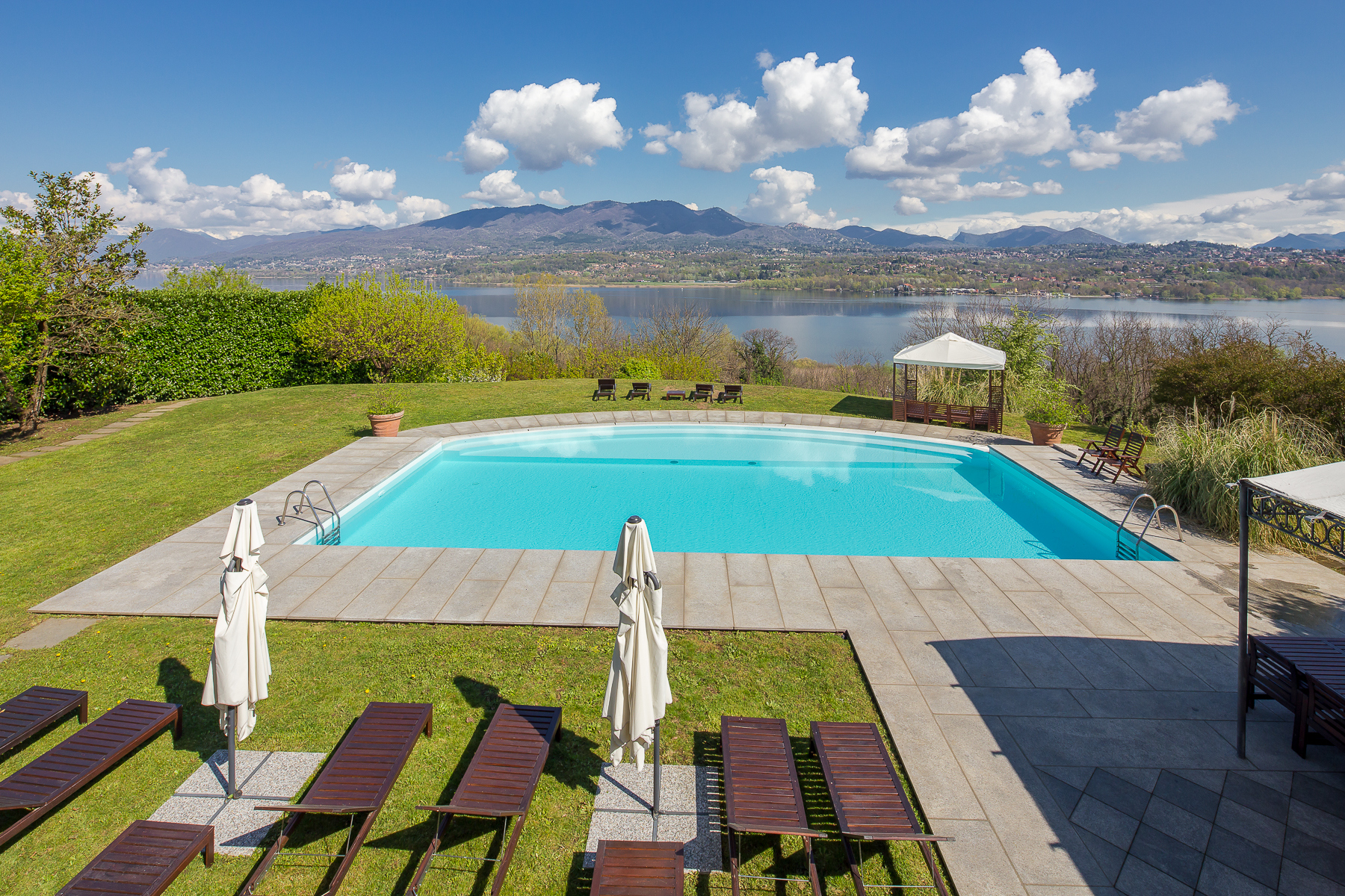 Other Residential Homes 为 销售 在 Villa Butterfly, breathtaking view of Varese Lake Galliate Lombardo, 瓦雷泽 意大利