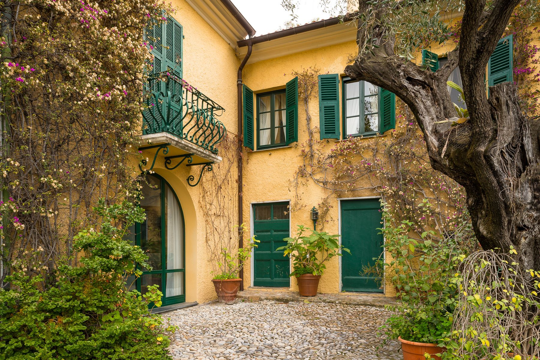 شقة للـ Sale في Charming apartment with private access to the sea in a historic Villa Ventimiglia, Imperia, Italy