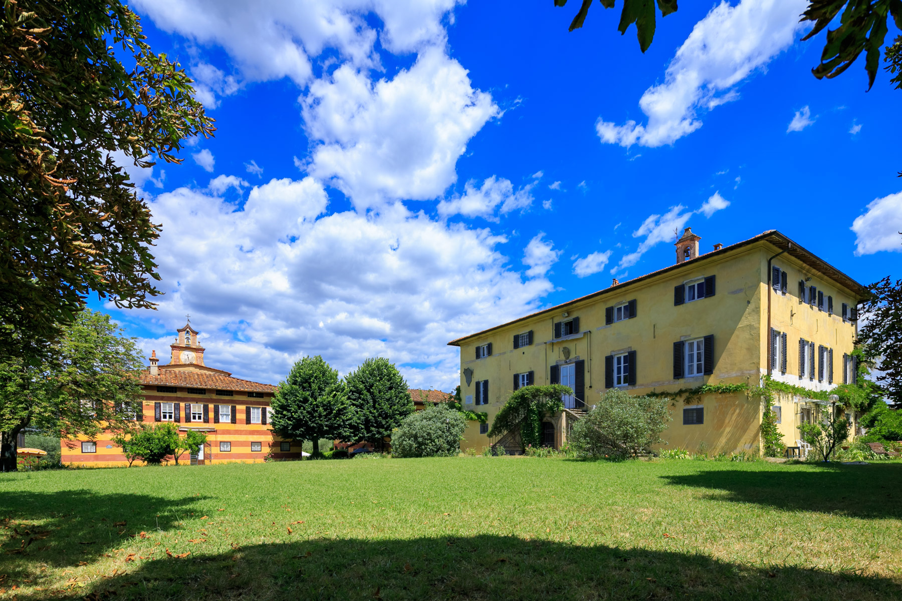 Other Residential Homes для того Продажа на Breathtaking 18th century estate with 8 outbuildings Massarosa, Lucca Италия