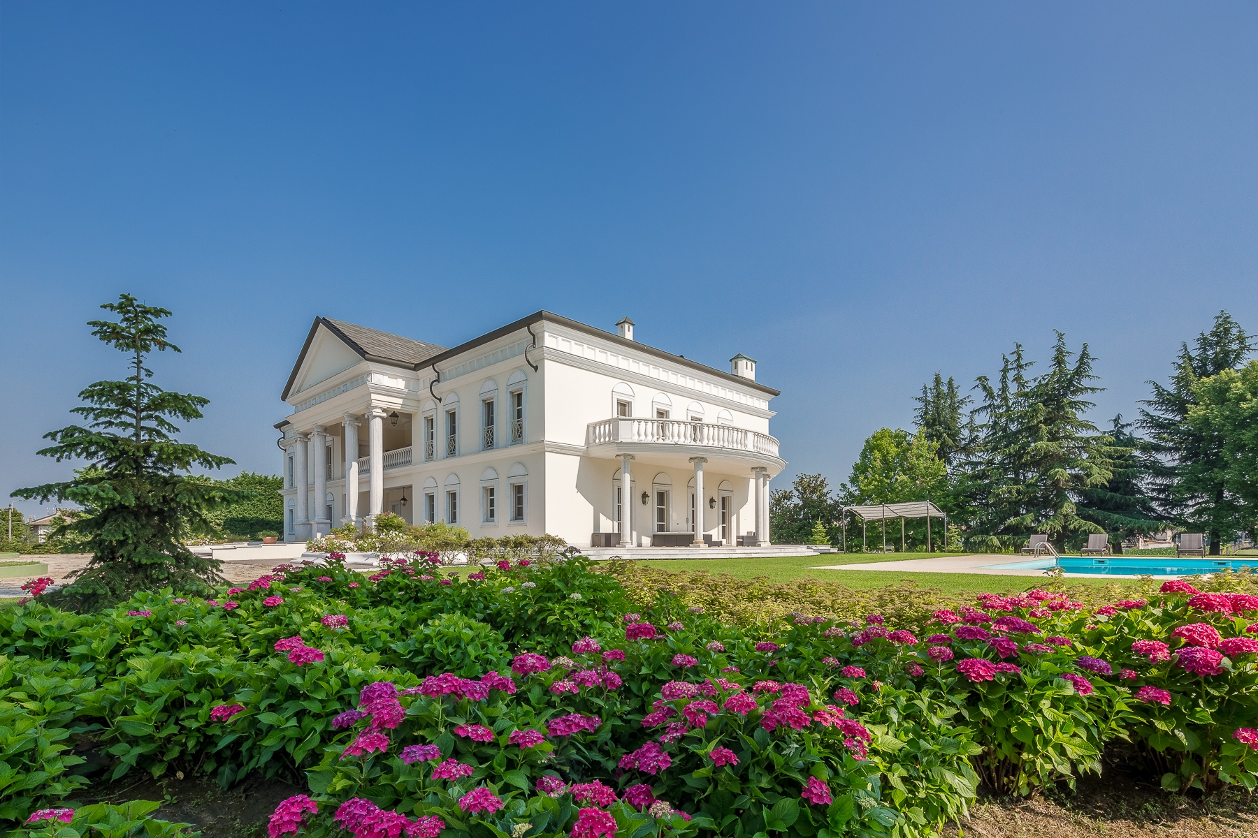 Other Residential Homes для того Продажа на The White House in the middle of Milano and Torino Robbio, Pavia Италия