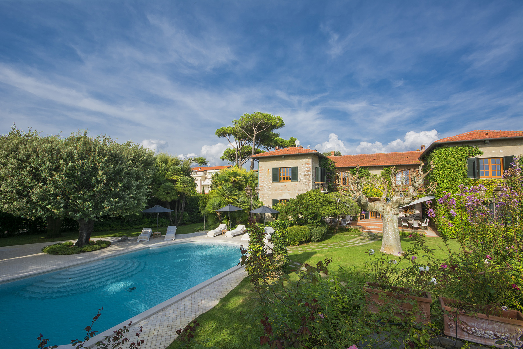 Other Residential Homes 용 매매 에 Magnificent property in Marina di Pietrasanta Forte Dei Marmi, Lucca 이탈리아