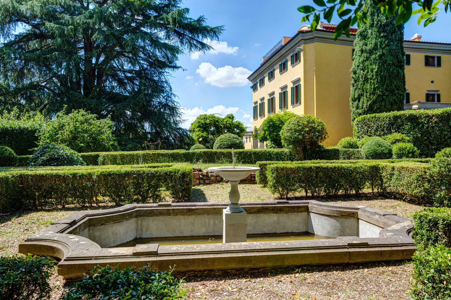 Other Residential Homes por un Venta en Lavish historic 15th century villa with pool in the center of Florence Firenze, Florencia Italia