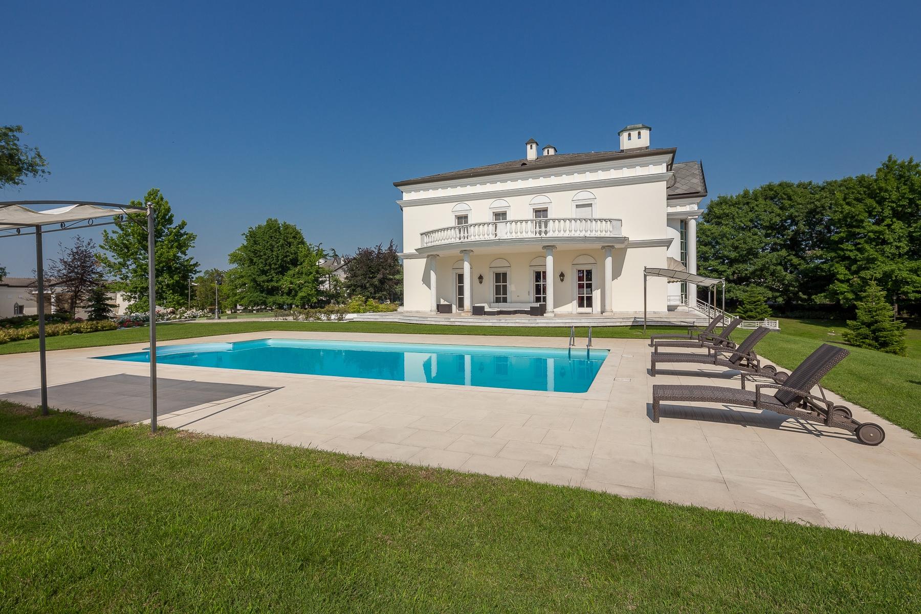 Other Residential Homes por un Venta en The White House in the middle of Milano and Torino Robbio, Pavia Italia