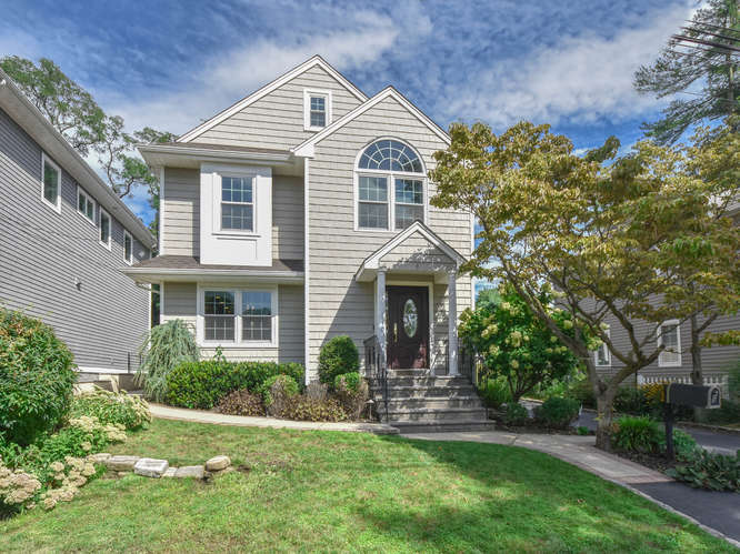 Single Family Homes for Active at 6 Durbyan Street, Port Washington, Ny, 11050 6 Durbyan Street Port Washington, New York 11050 United States