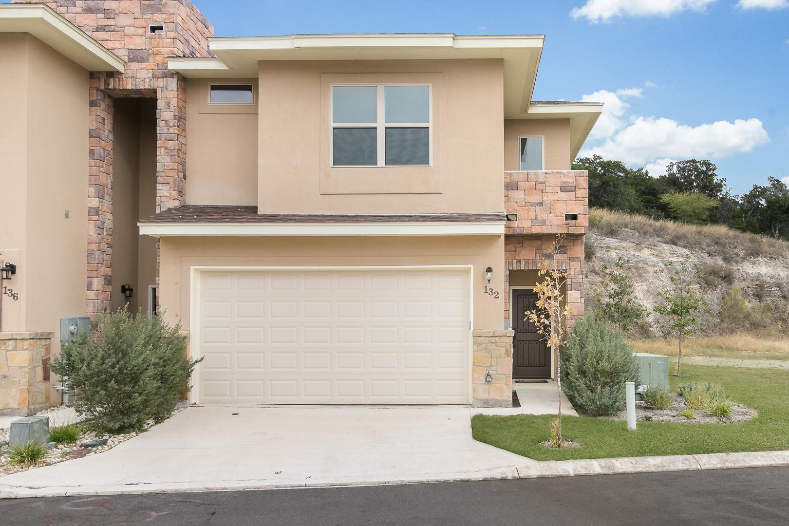 Casa unifamiliar adosada (Townhouse) por un Venta en Upscale Crownridge Townhome 136 Avenue Ventana San Antonio, Texas 78256 Estados Unidos