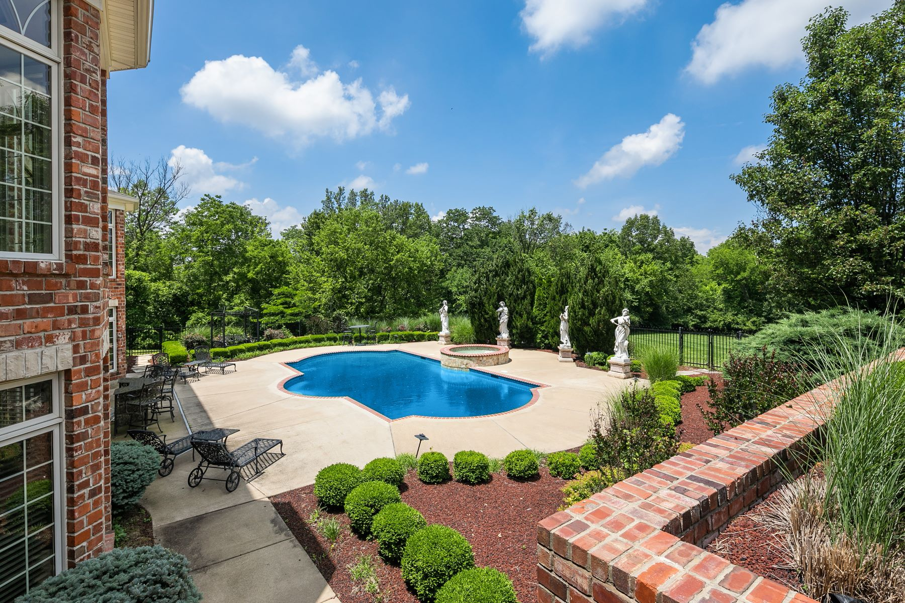 Additional photo for property listing at Stunning Sophisticated Upper Whitmoor Estate 11 Upper Whitmoor Drive Weldon Spring, Missouri 63304 United States
