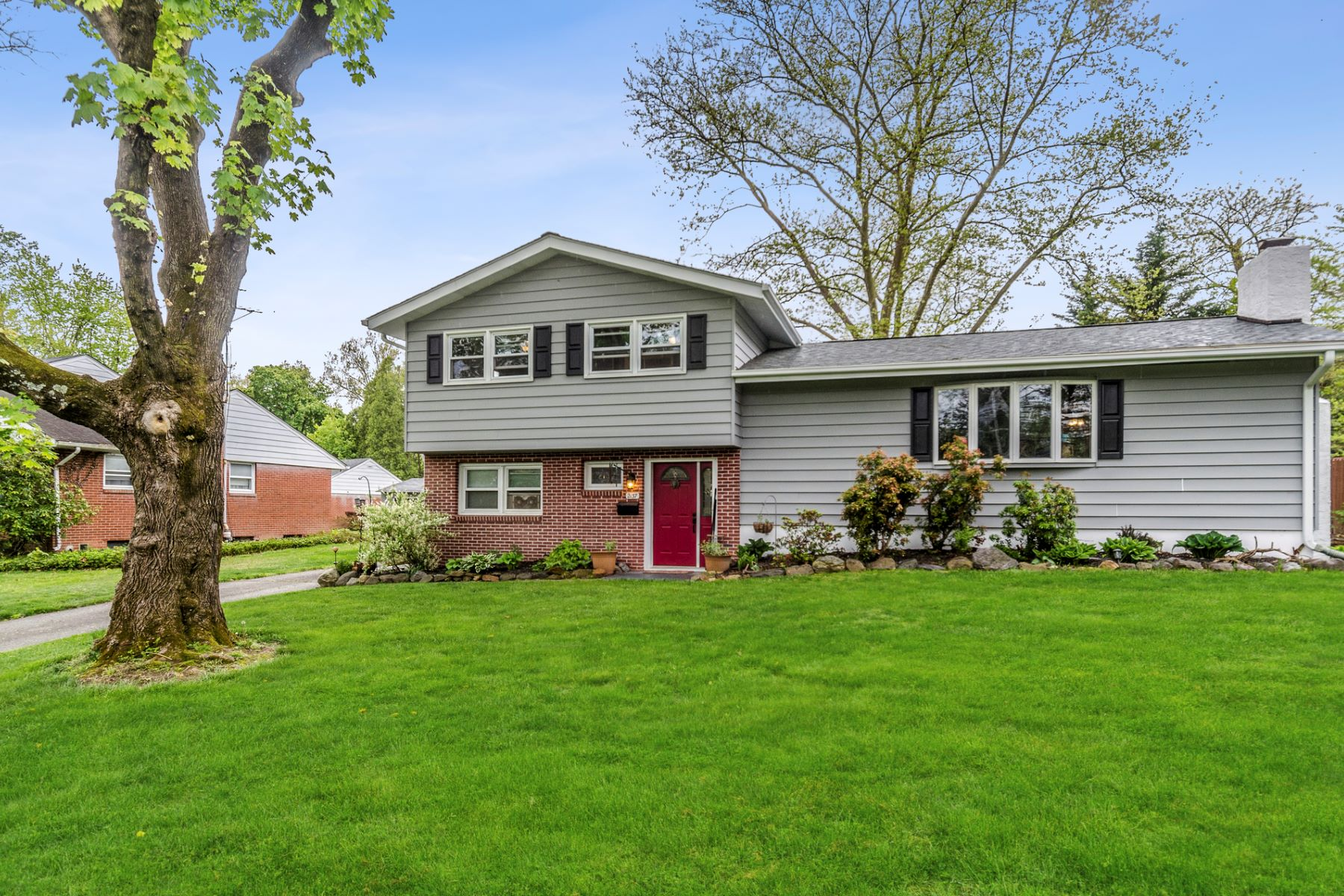 Single Family Homes のために 売買 アット Convenient and Spacious 2137 Pennington Road, Ewing, ニュージャージー 08638 アメリカ