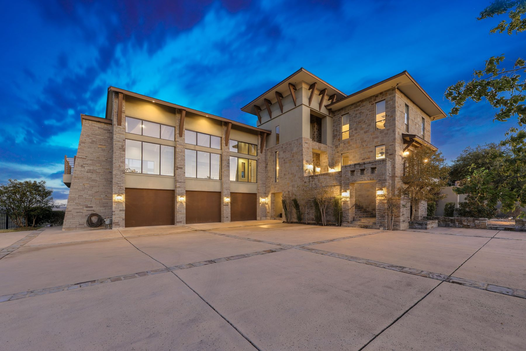 Single Family Homes für Verkauf beim Transitional Dominion Masterpiece 42 Vineyard Drive, San Antonio, Texas 78257 Vereinigte Staaten