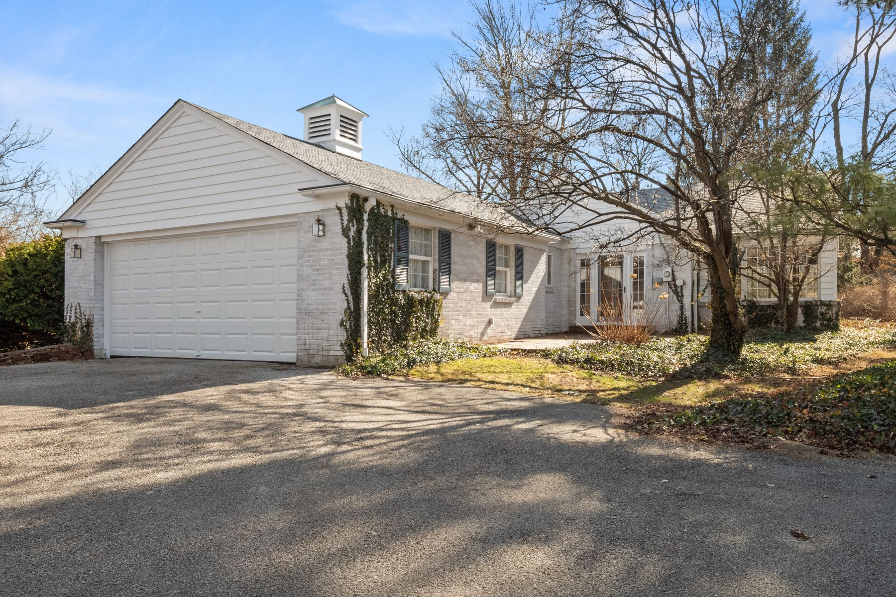 Additional photo for property listing at Sweet, Secluded Cottage in Ladue 938 Lay Road St. Louis, Missouri 63124 United States