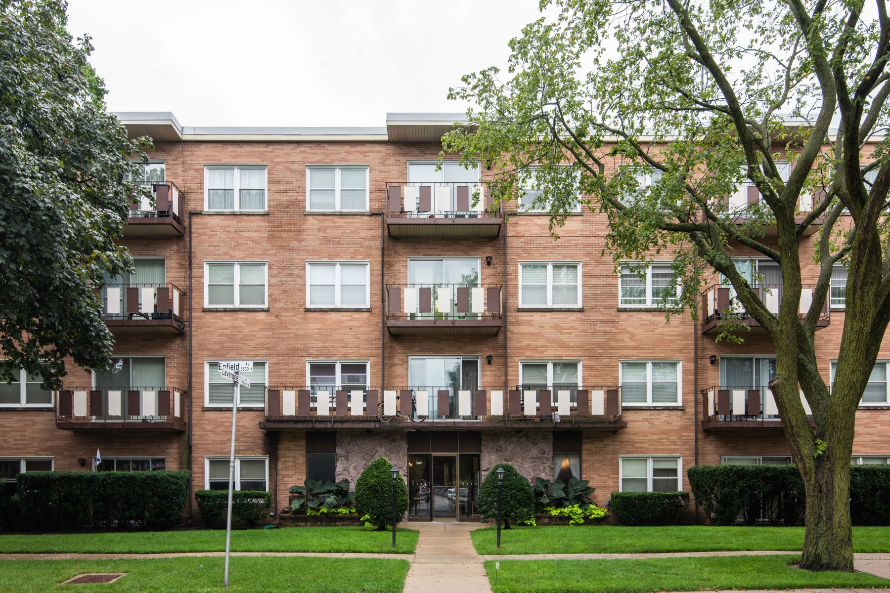 Condominiums por un Venta en Updated Move-In Ready Condo 5005 Enfield Avenue Unit 210 Skokie, Illinois 60077 Estados Unidos