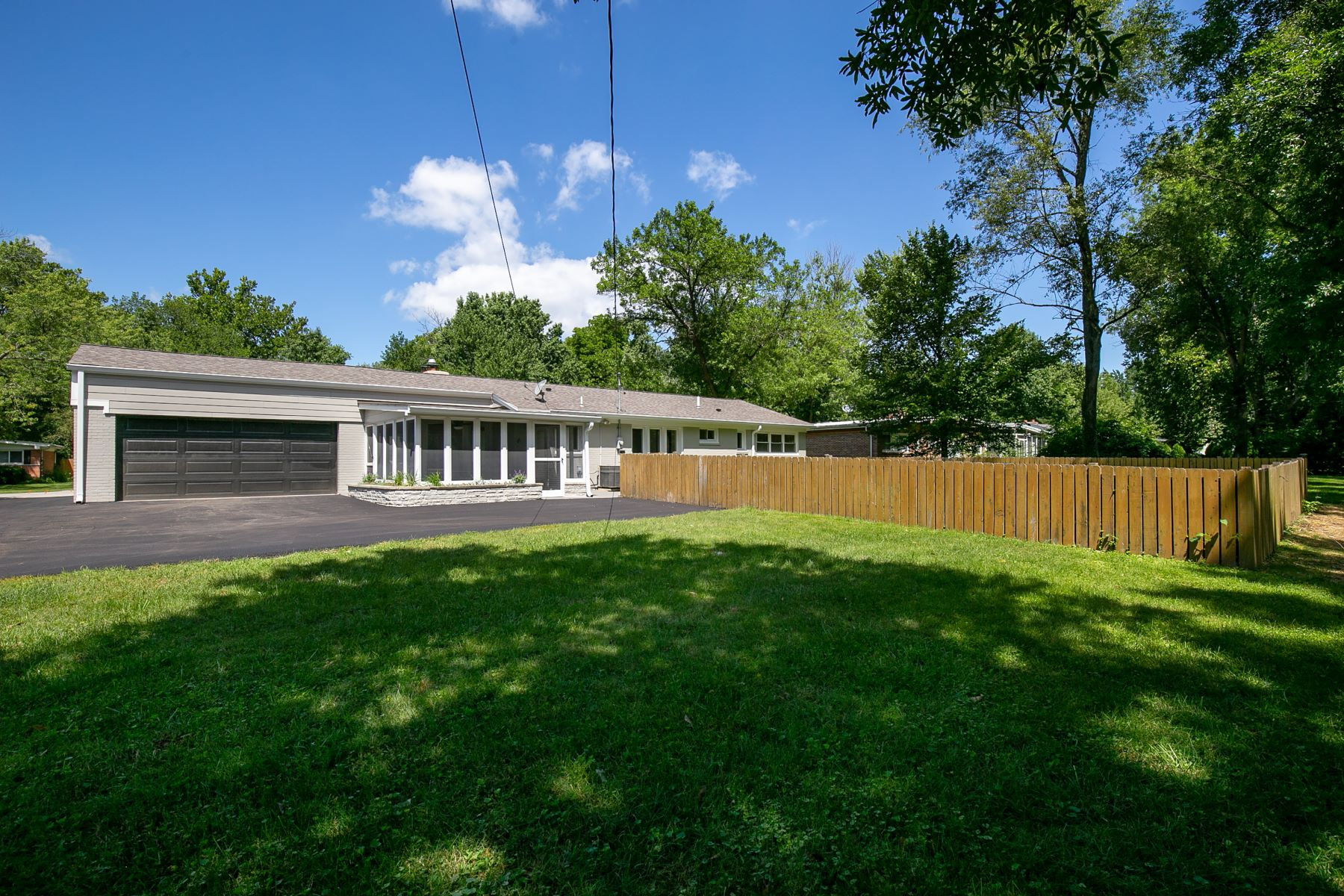 Additional photo for property listing at Living is easy in this fully renovated ranch situated on just under a 1/2 acre! 816 Wenneker Drive Ladue, Missouri 63124 United States