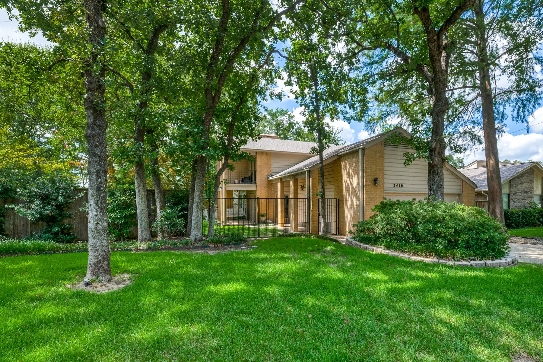Single Family Homes for Sale at Contemporary Remodel Close to Lake Arlington 3410 Walden Trail Arlington, Texas 76016 United States
