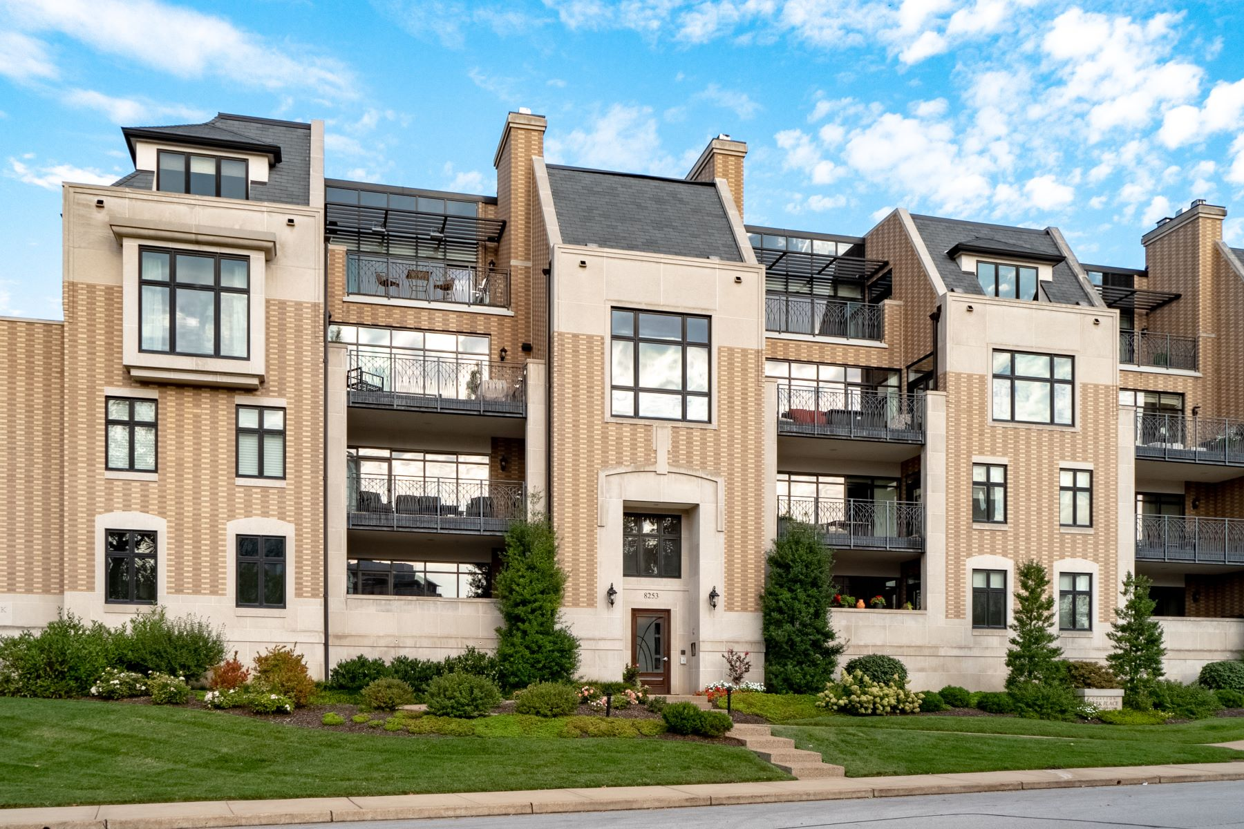 Condominiums for Sale at Luxury Park Adjacent Condo 8253 Parkside Drive #1A St. Louis, Missouri 63105 United States