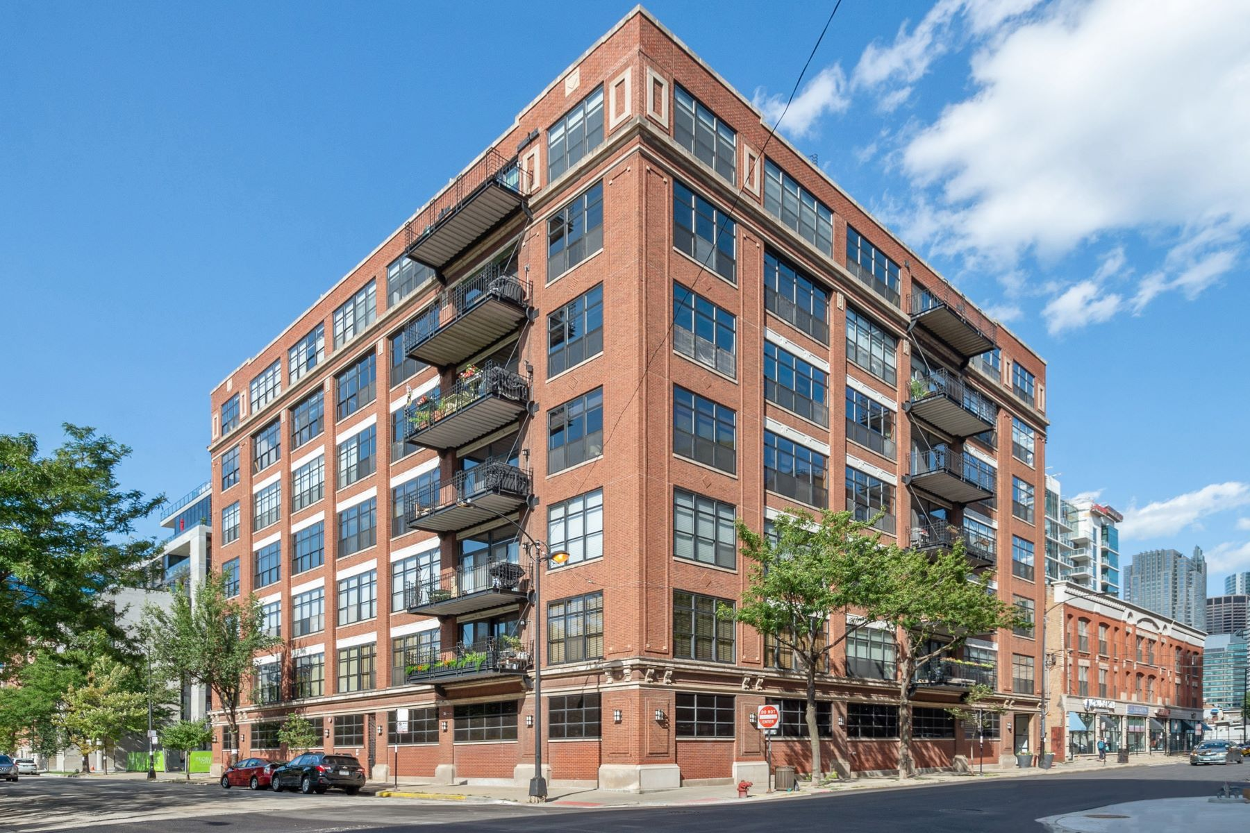 Condominiums for Active at West Loop Living in Iconic Building 850 W Adams Street Unit 4E Chicago, Illinois 60607 United States