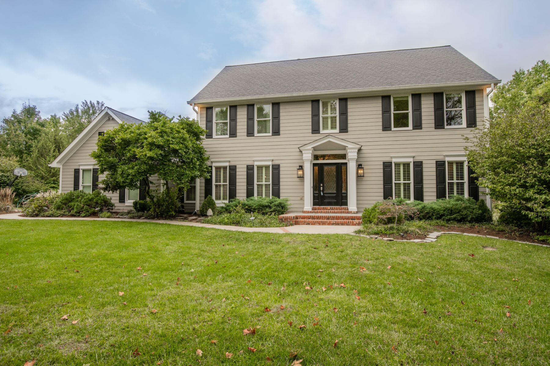 Single Family Homes のために 売買 アット Well-Updated Chesterfield Colonial 16434 Wilson Farm Drive, Chesterfield, ミズーリ 63005 アメリカ