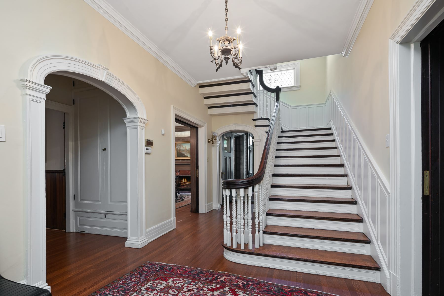 Additional photo for property listing at A striking blend of original historic character and modern renovations! 4949 Pershing Place St. Louis, Missouri 63108 United States