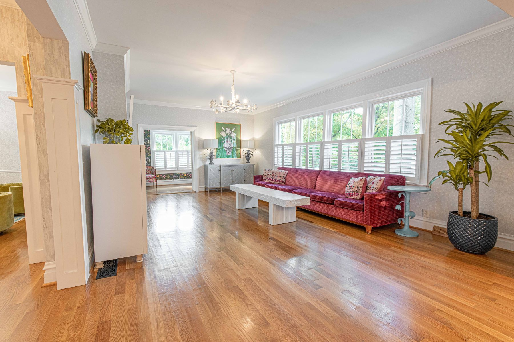 Additional photo for property listing at Designer renovated farmhouse on over 1/2 acre in Glendale! 808 East Essex Avenue Glendale, Missouri 63122 United States