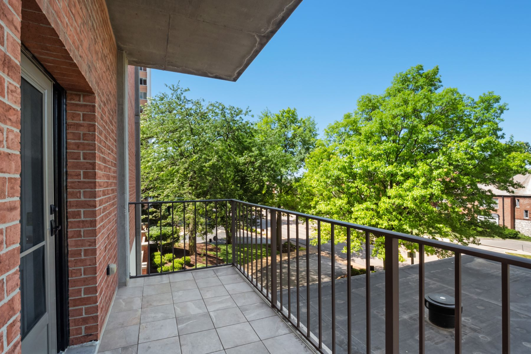 Additional photo for property listing at Spacious Highrise Condo in Clayton 816 South Hanley Road, 2A Clayton, Missouri 63105 United States
