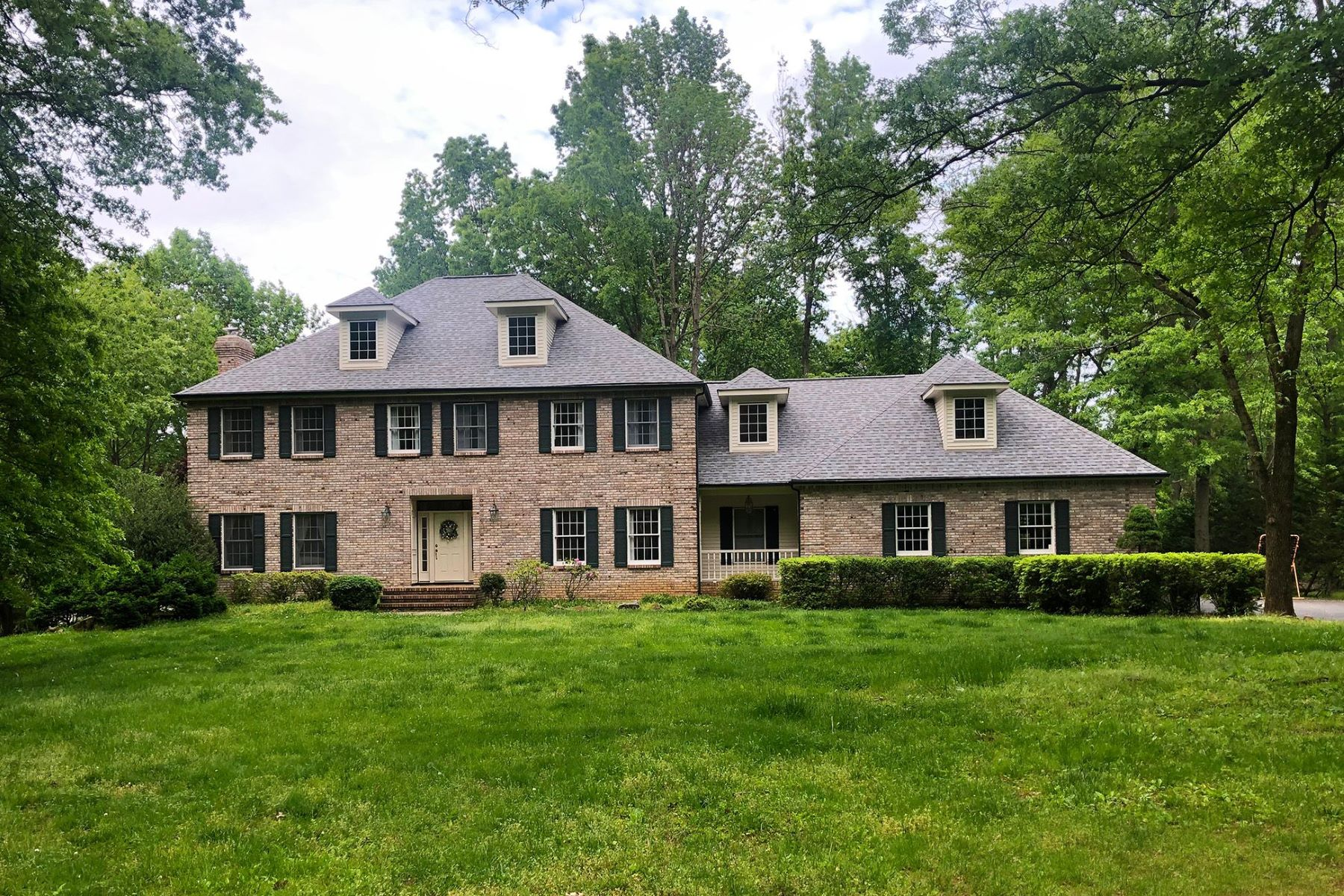 Single Family Homes 为 销售 在 Distinctive Princeton Colonial in Tranquil Setting 210 Arreton Road, 普林斯顿, 新泽西州 08540 美国