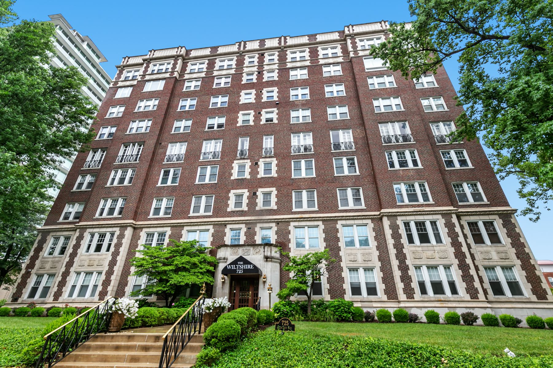 Condominiums for Sale at Renowned architecture and views of Forest Park in desireable DeMun! 725 South Skinker Boulevard #3C St. Louis, Missouri 63105 United States