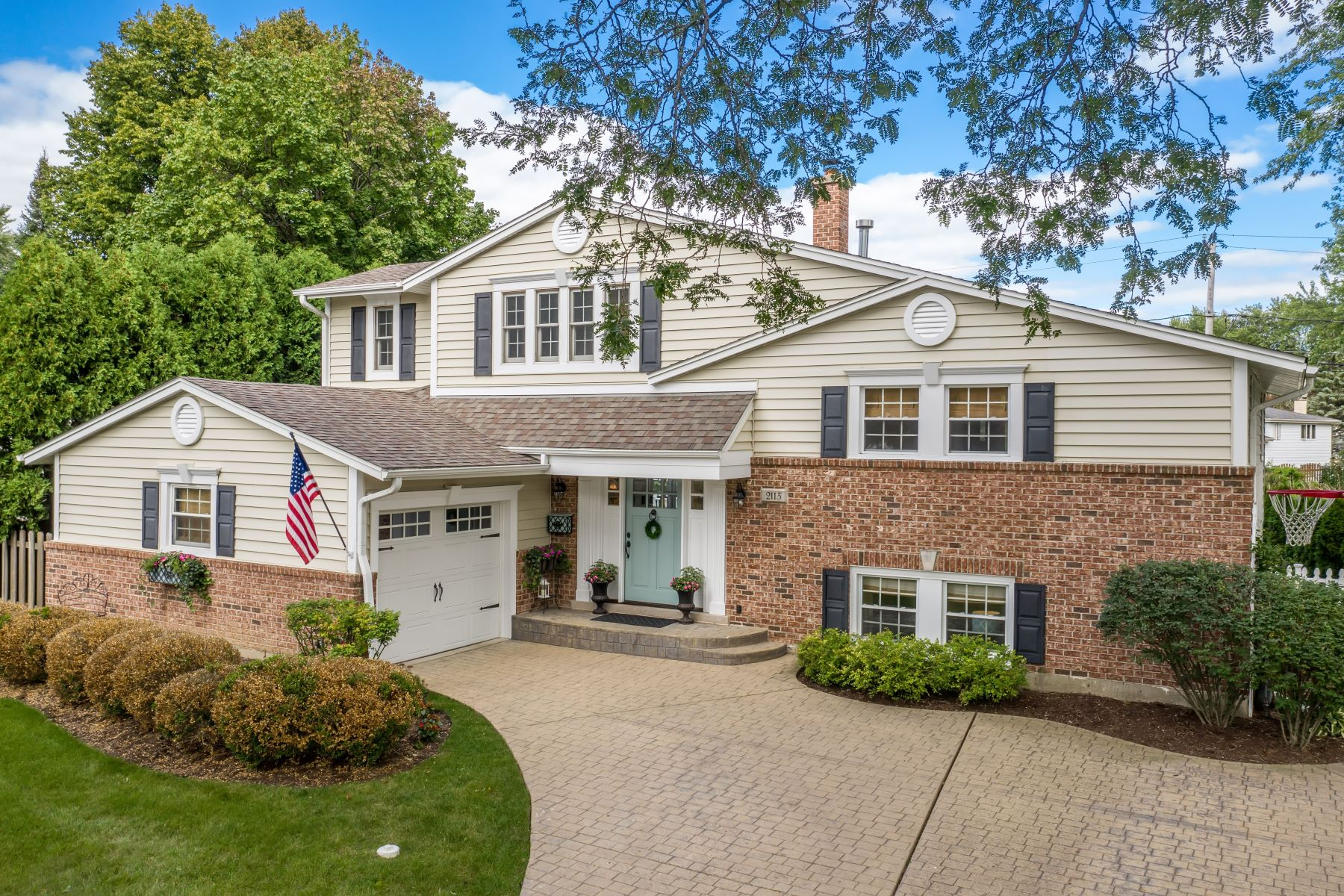 Single Family Homes för Försäljning vid Refreshing Renovation 2115 N Verde Drive Greenbrier, Arlington Heights, Illinois 60004 Förenta staterna