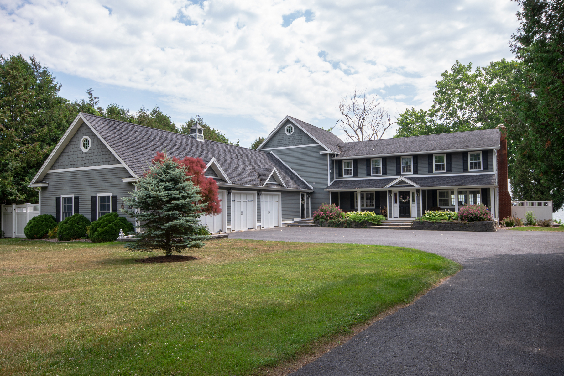Single Family Homes 為 出售 在 Executive Colonial Lake Champlain Home 2 Coastland Drive, Plattsburgh, 纽约 12901 美國