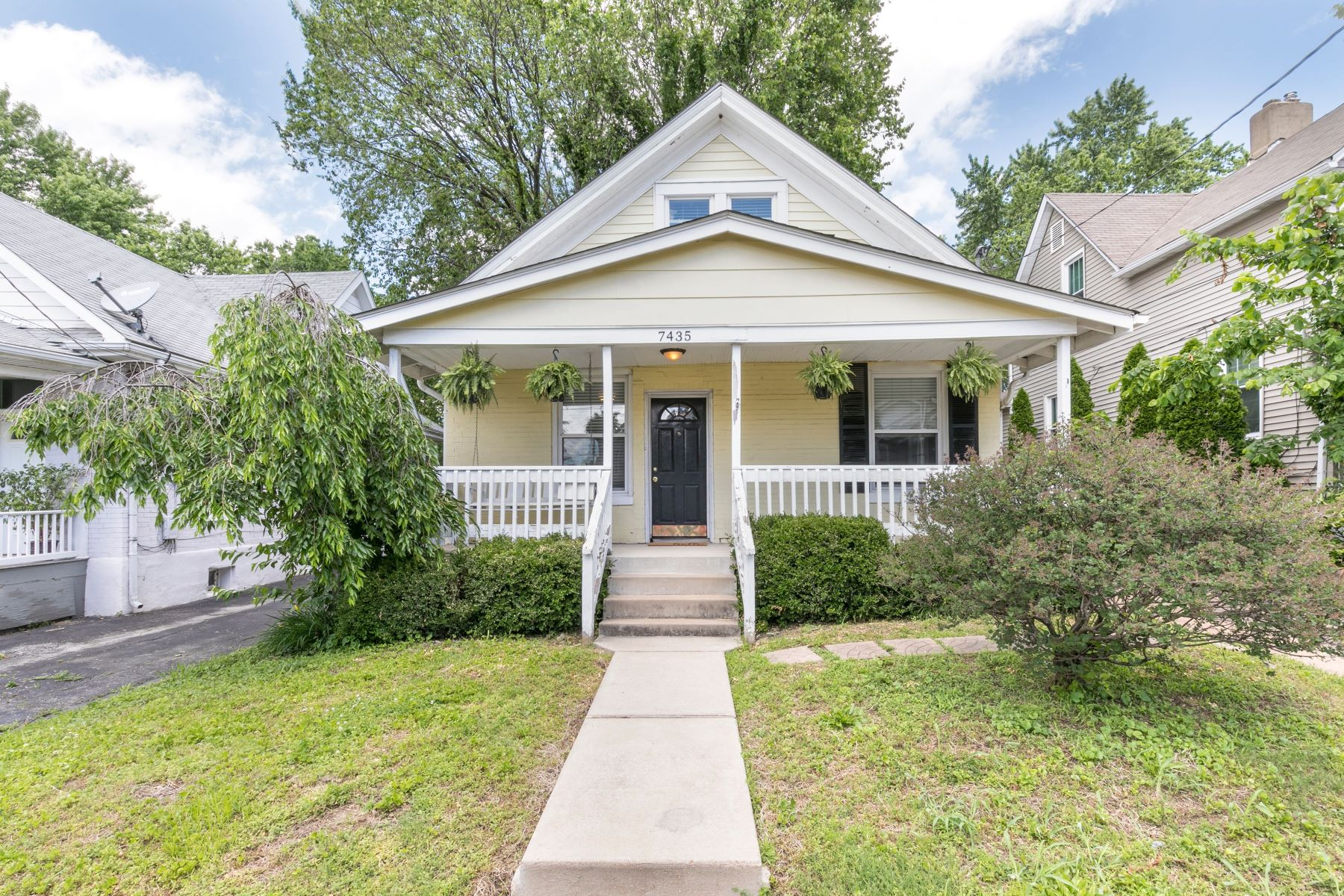 single family homes for Sale at Adorable Bungalow 7435 Lohmeyer Avenue Maplewood, Missouri 63143 United States