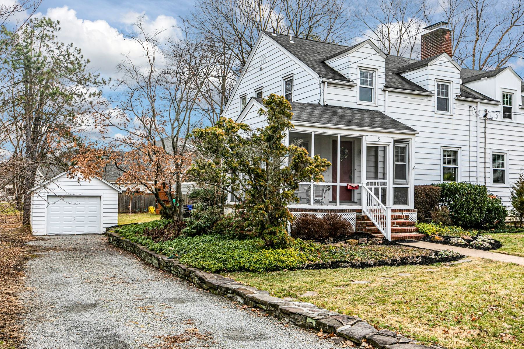 Single Family Homes por un Venta en Style, Convenience And Value On A Best-Loved Borough Street 5 Eglantine Avenue Pennington, Nueva Jersey 08534 Estados Unidos