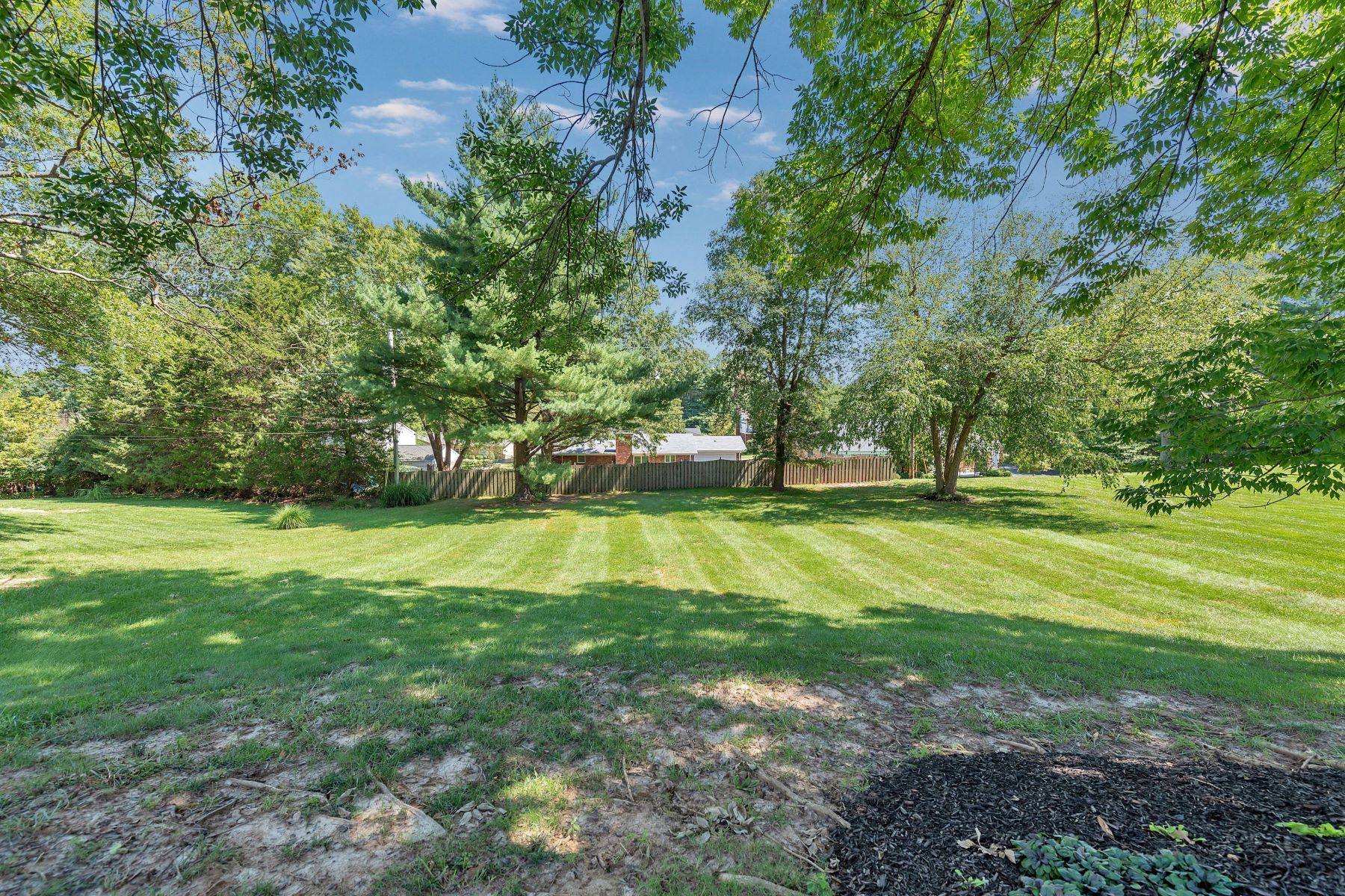 Additional photo for property listing at Charming Chesterfield Ranch 296 Chateaugay Lane Chesterfield, Missouri 63017 United States