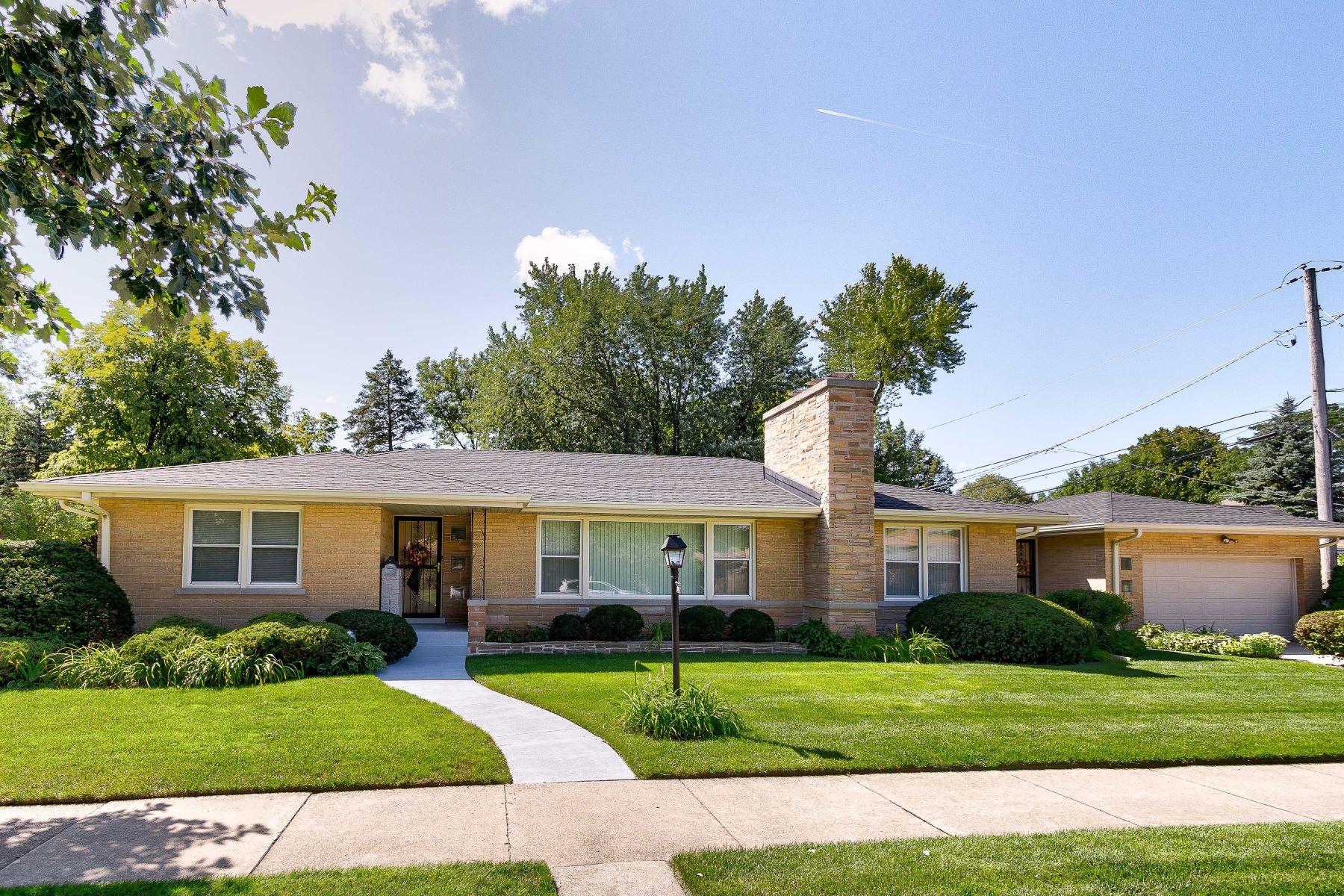 Single Family Homes para Venda às Meticulously Maintained 4201 Keeney Street, Skokie, Illinois 60076 Estados Unidos